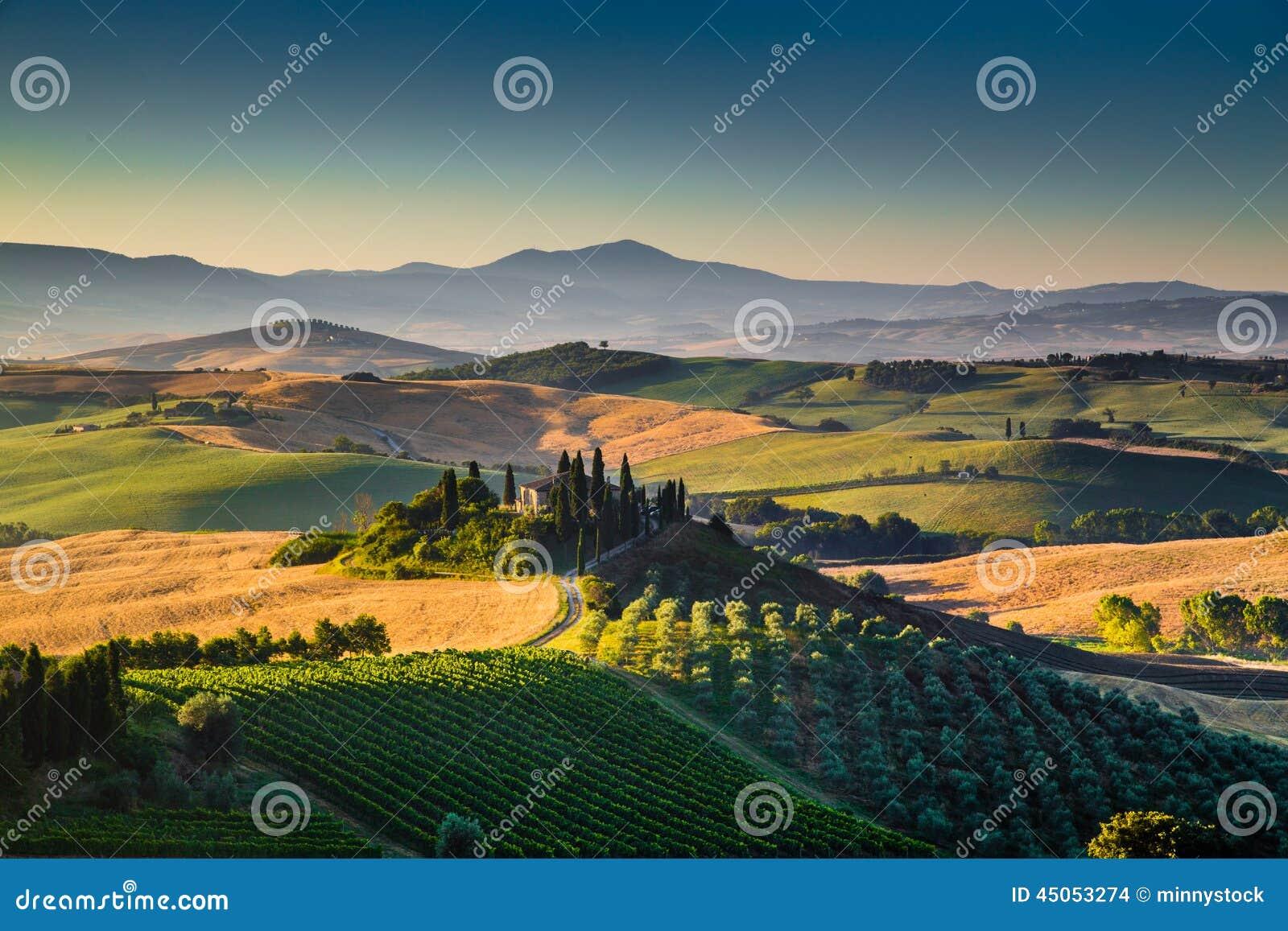 Сценарный ландшафт Тосканы на восходе солнца, d Orcia Val, Италии