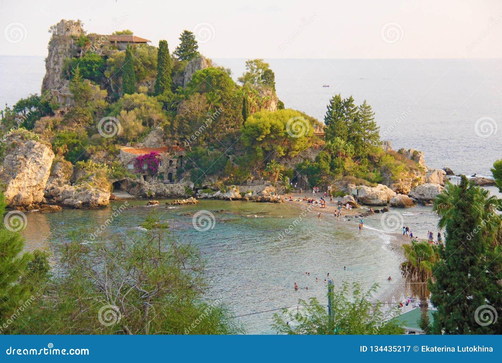 Сценарный взгляд полуострова Isola Bella в городке Taormina Остров Сицилии, Италии Взгляд моря