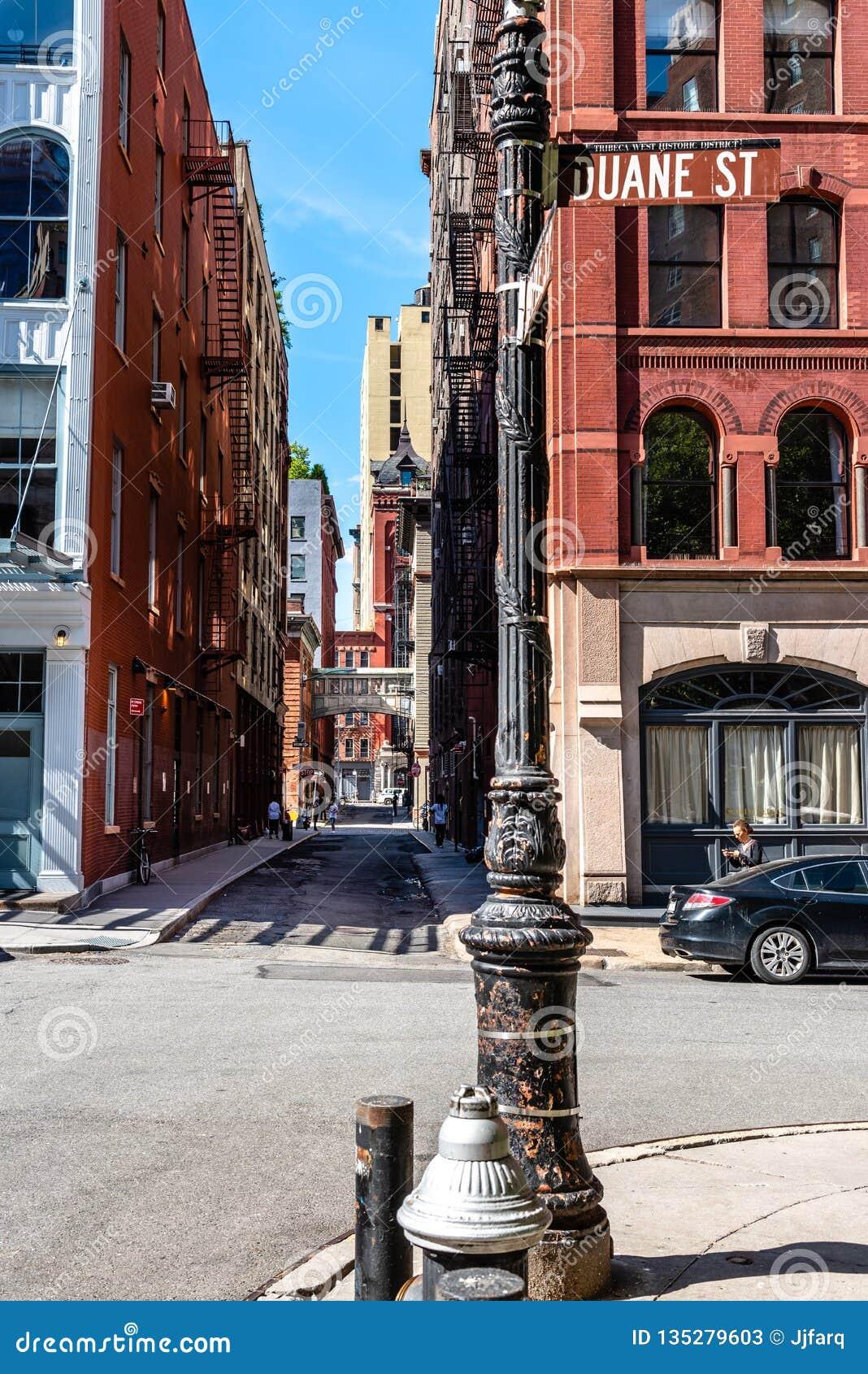 Сценарный взгляд улицы штапеля в Нью-Йорке