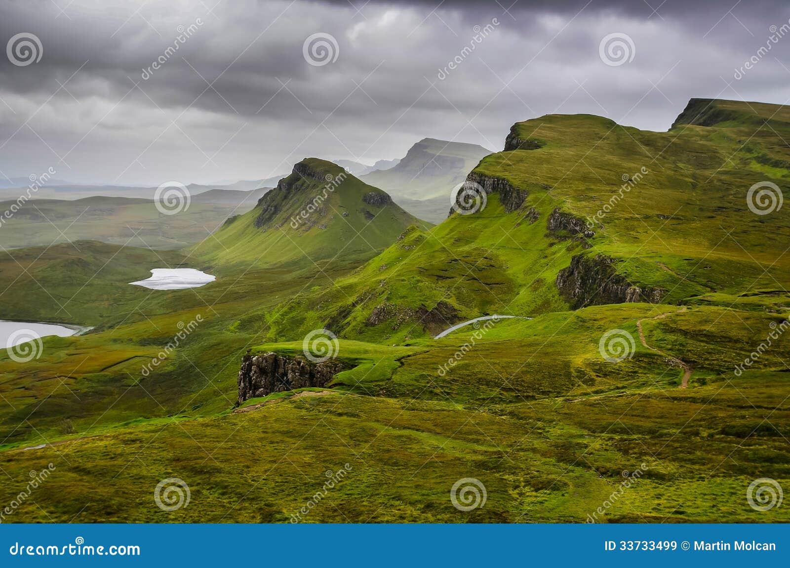 Сценарный взгляд гор Quiraing с драматическим небом, шотландская высокой