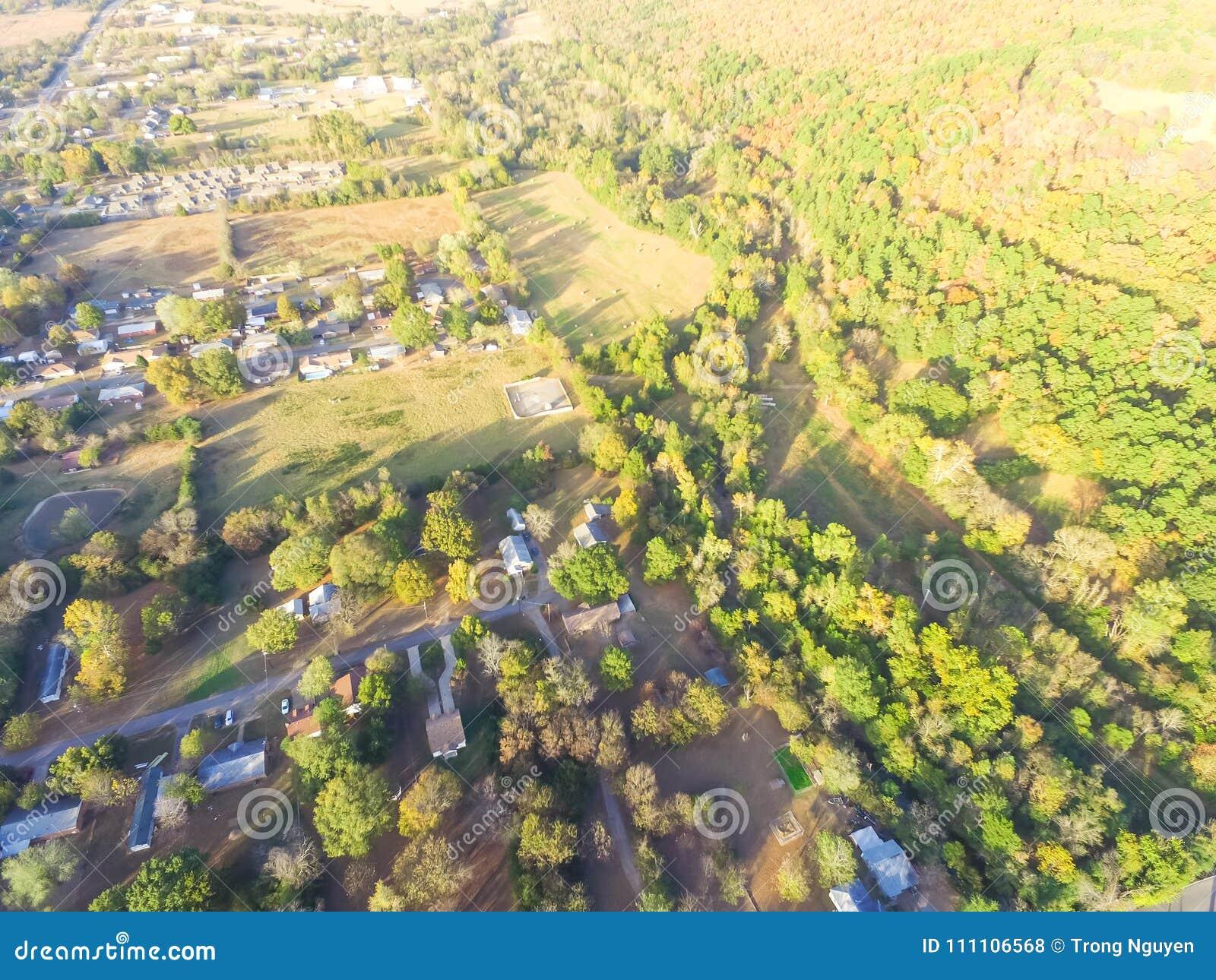 Сценарный вид с воздуха зеленого пригородного района Ozark, Арканзаса, США