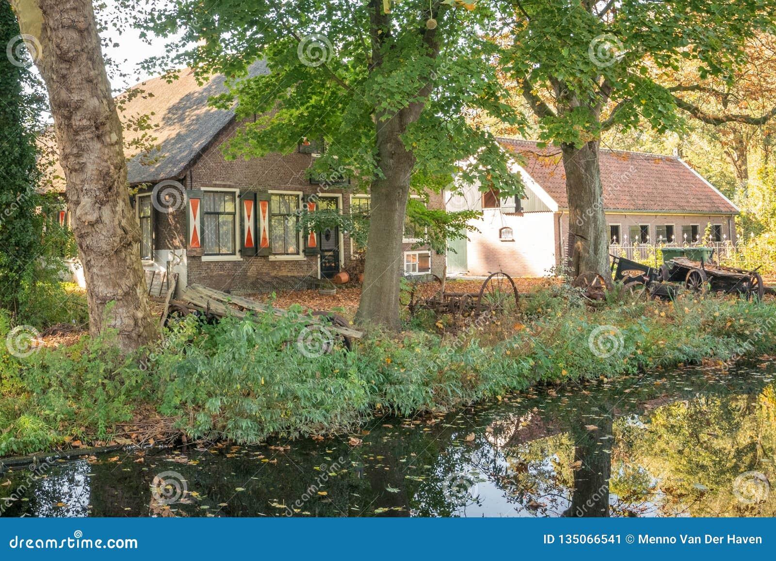 Сценарный голландский старый сельский дом около канала в гауда, Нидерланд