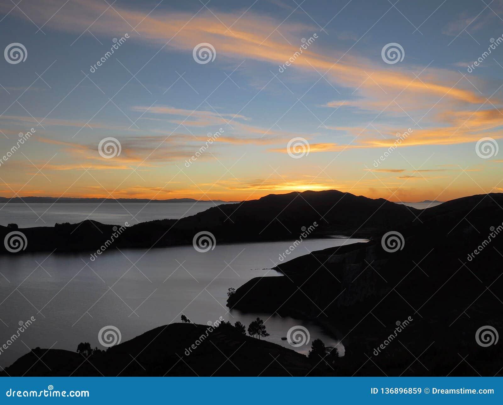 Сценарный заход солнца на Isla del Sol, озере Titicaca