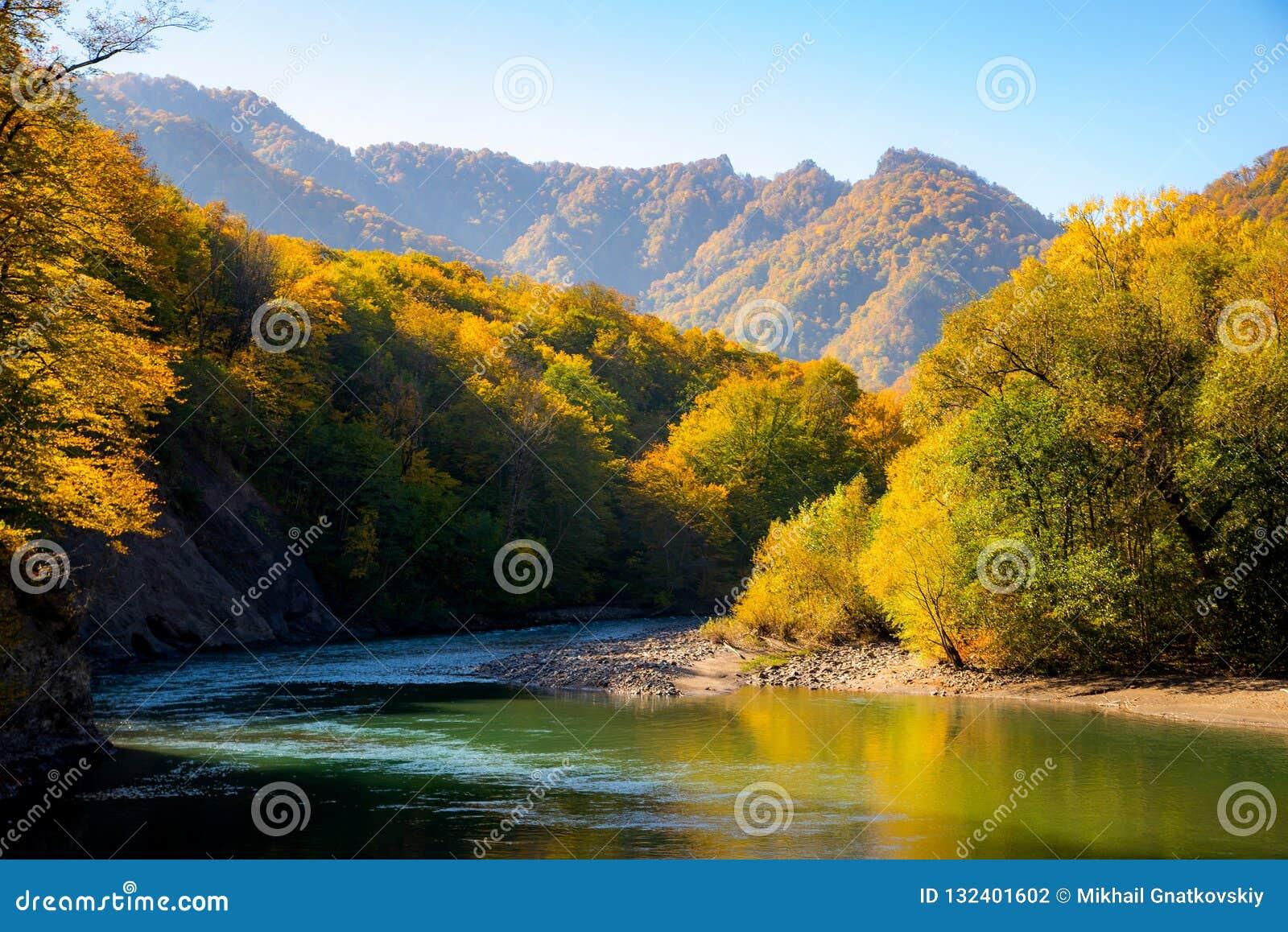 Сценарный ландшафт с красивым рекой горы Осень в mounta