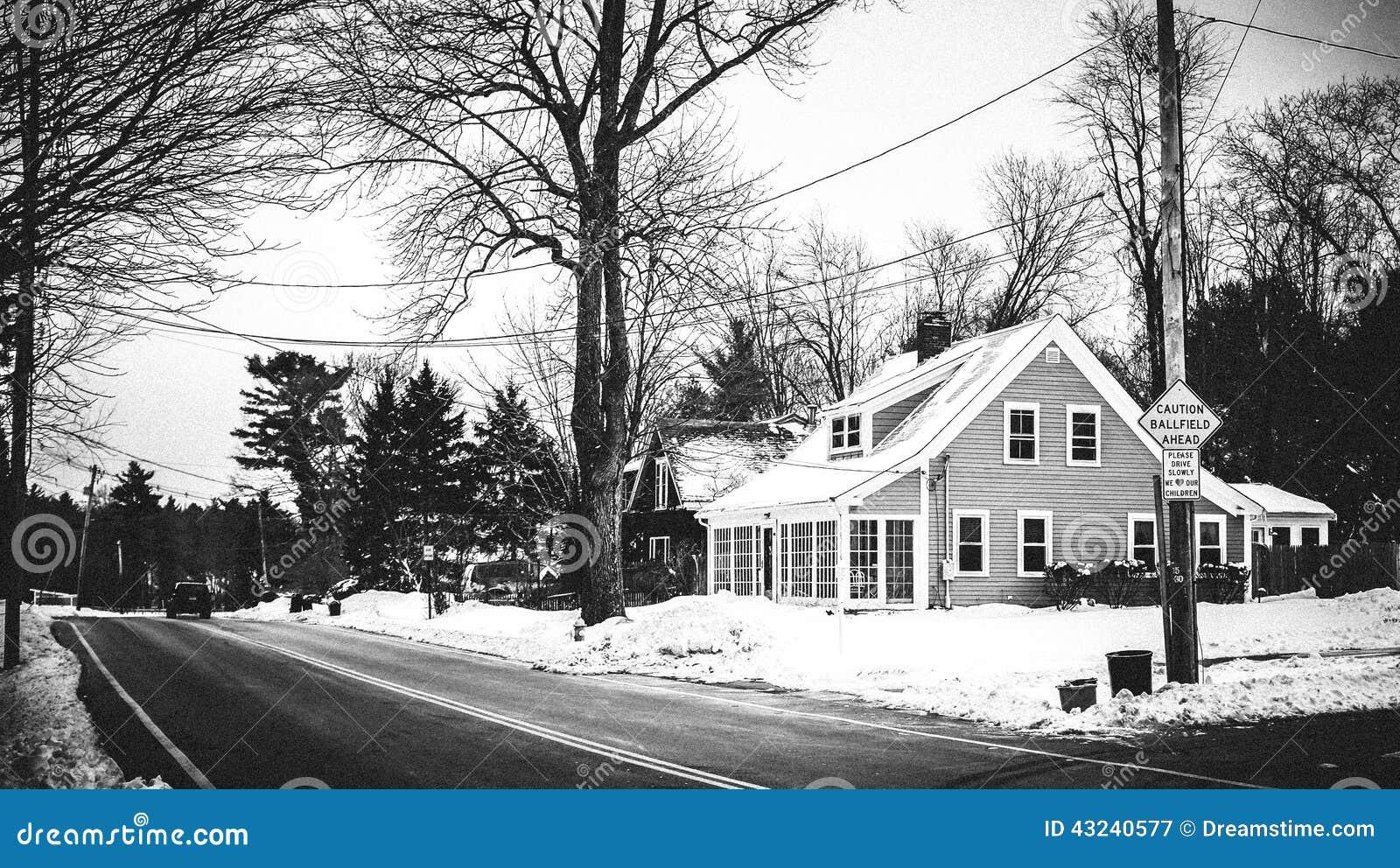 Сцена Бостона зимняя в Массачусетсе покинутая дом