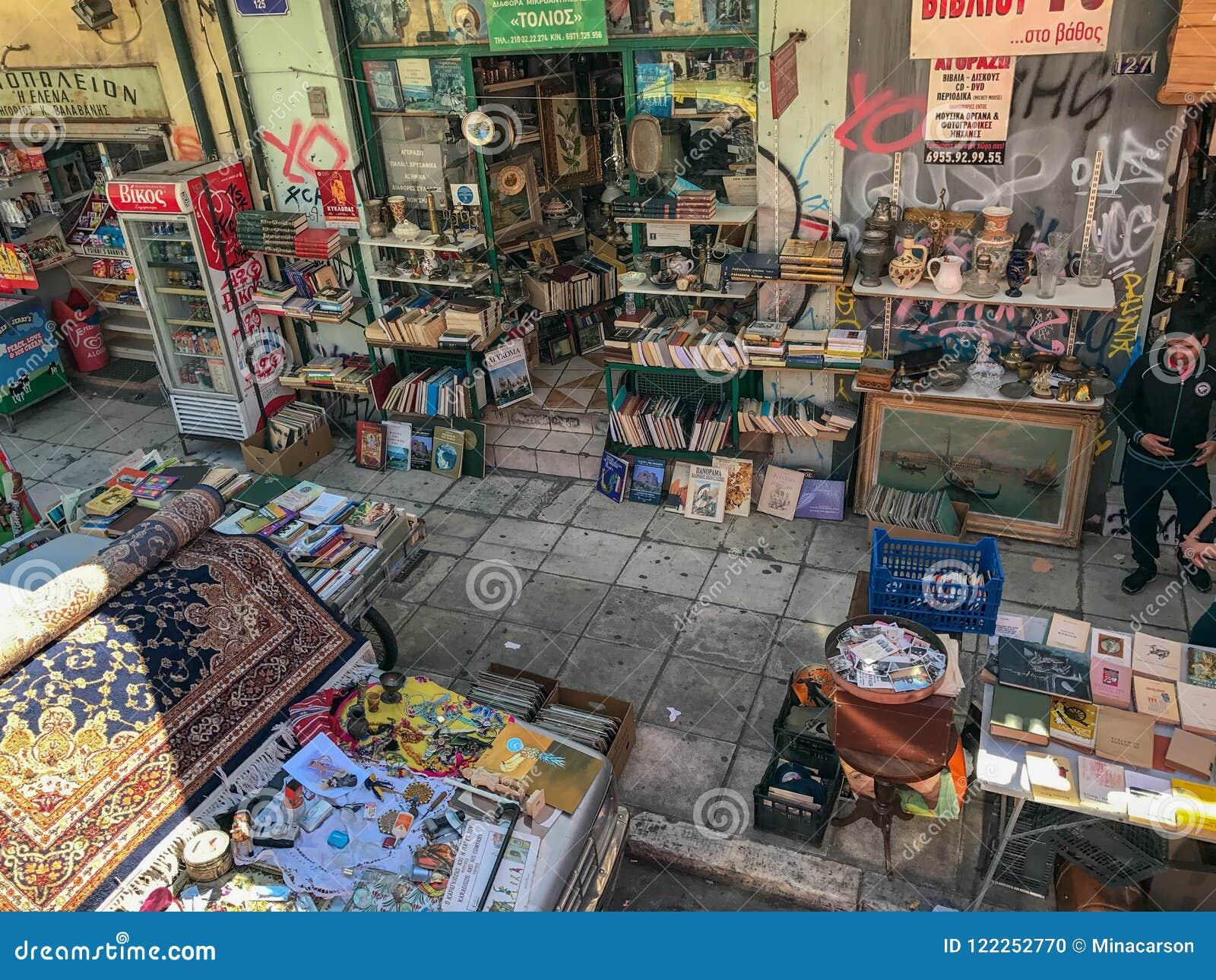 Сцена вдоль Ermou, Афин, Греции -- торговая улица
