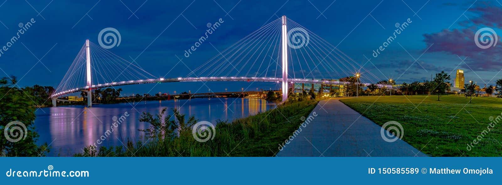 Сцена ночи панорамного вида моста Омаха Bob Kerrey пешеходного