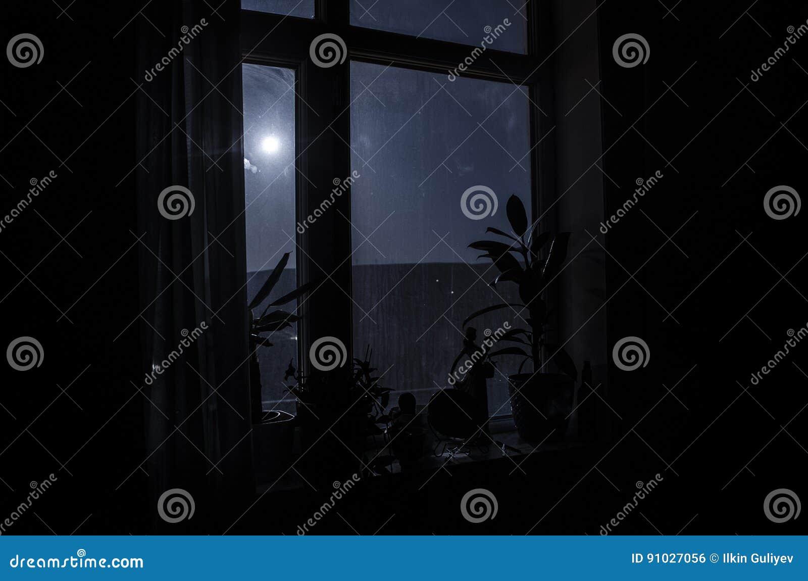 Сцена ночи луны увиденная через окно от темной комнаты