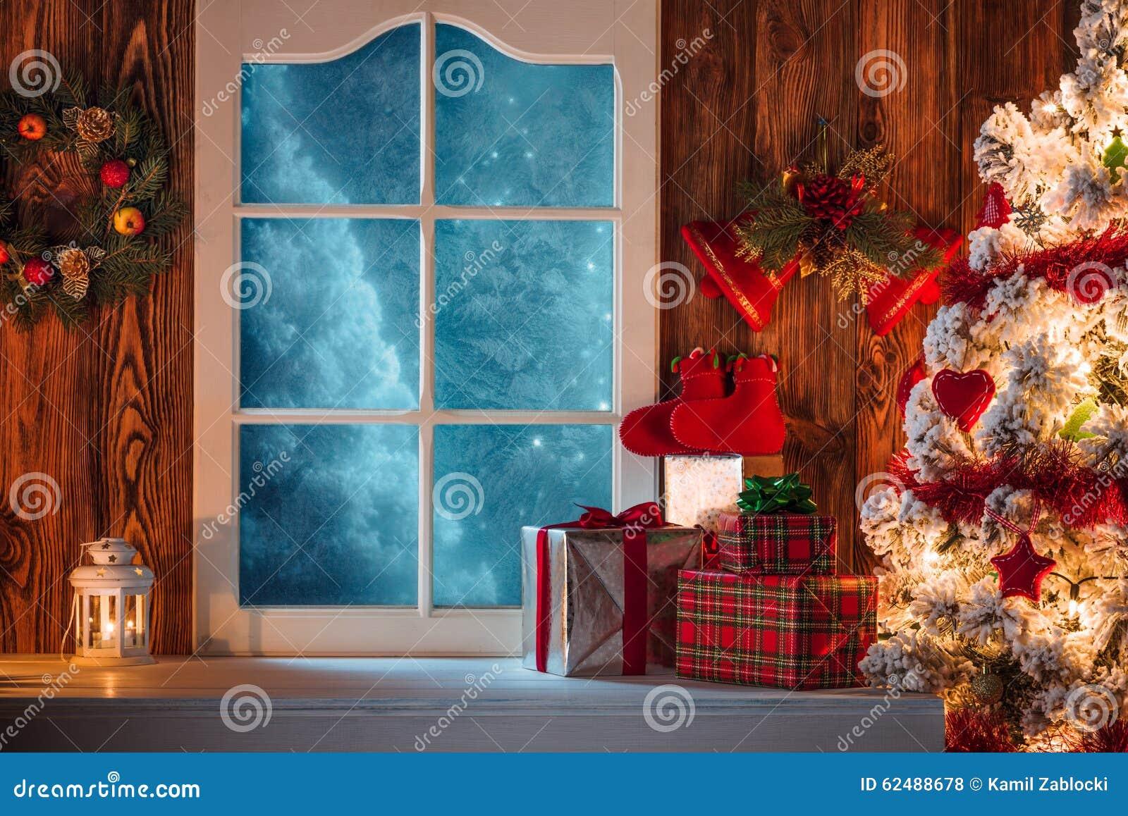 Download Сцена рождества с подарками дерева и замороженным окном Стоковое Фото - изображение насчитывающей приветствие, подарки: 62488678