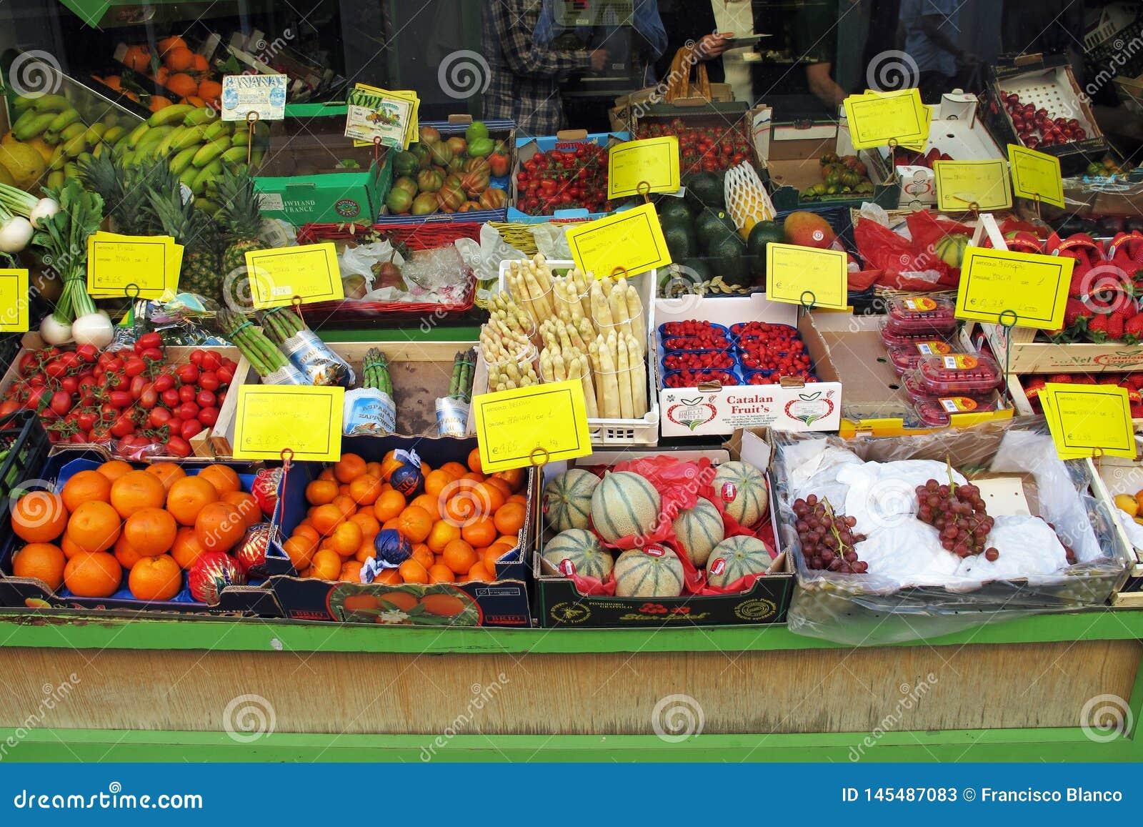 Сцена рынка в Vigevano, Италии