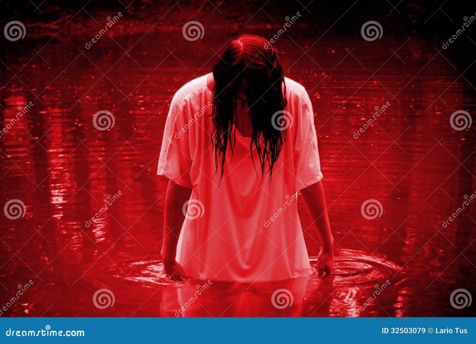 Сцена ужаса - женщина в болоте