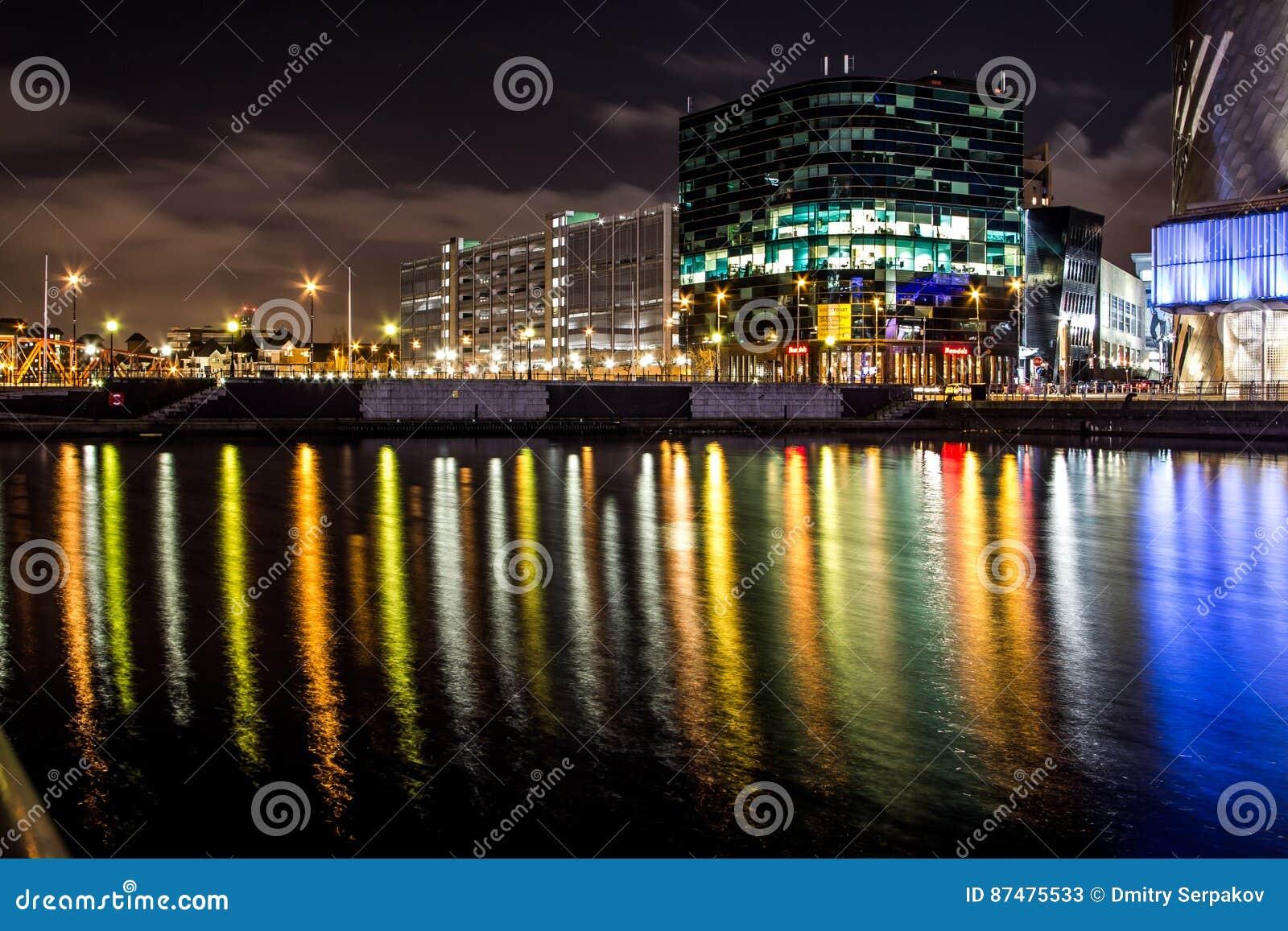 Сцены ночи с офисами на ноче с длинными отражениями