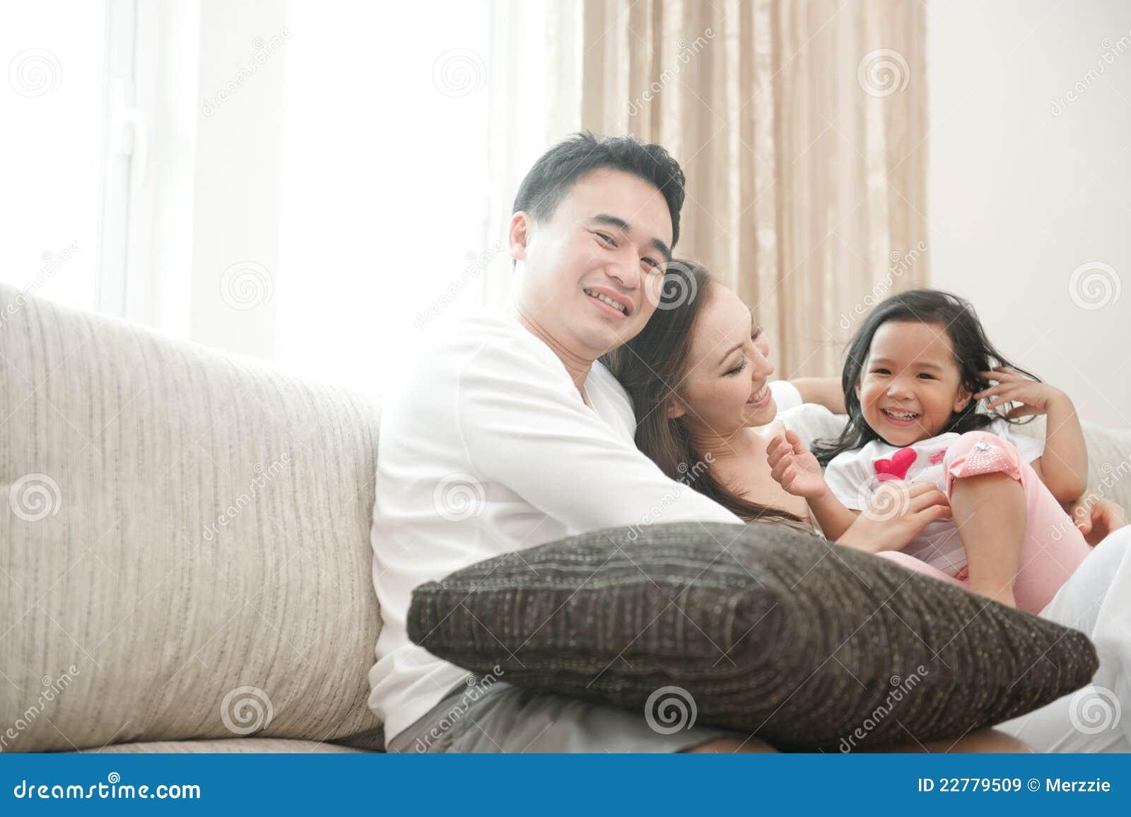 Счастливая азиатская семья