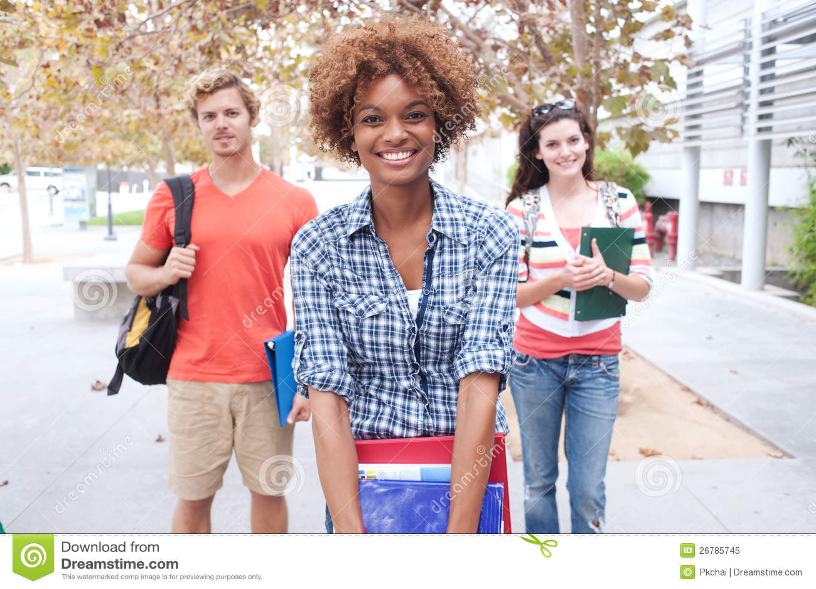Счастливая группа в составе студенты колледжа