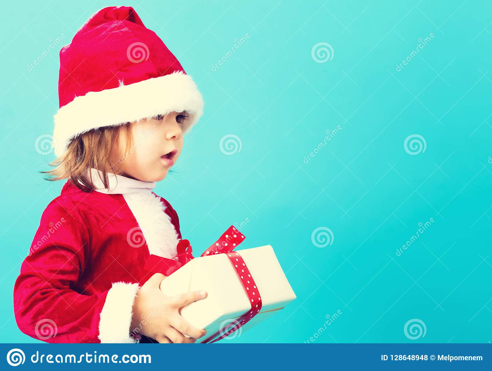 Счастливая девушка малыша с подарочной коробкой рождества