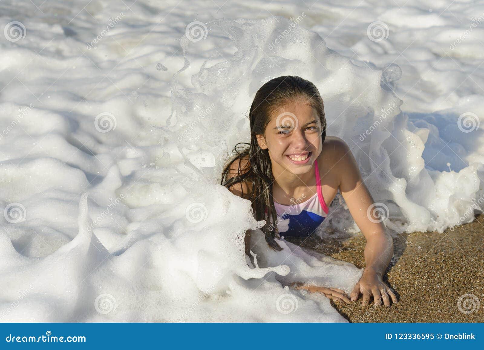 Счастливая девушка ослабляя в воде