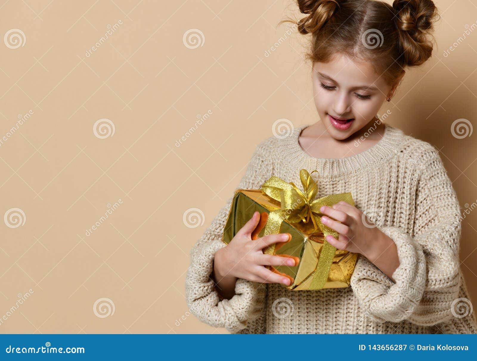 Счастливая девушка ребенка с подарочной коробкой