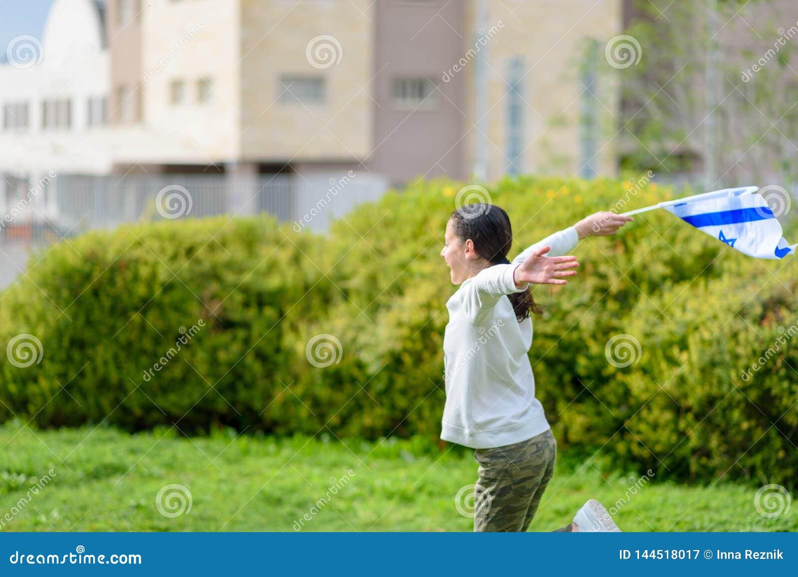 Счастливая девушка с флагом Израиля