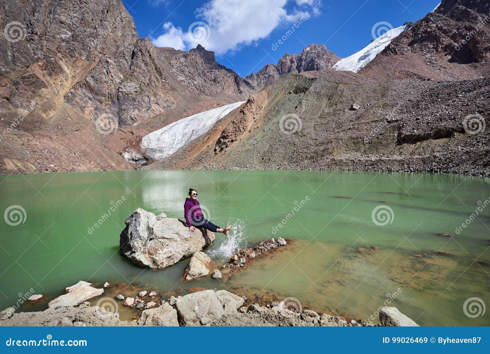 Счастливая женщина в горах