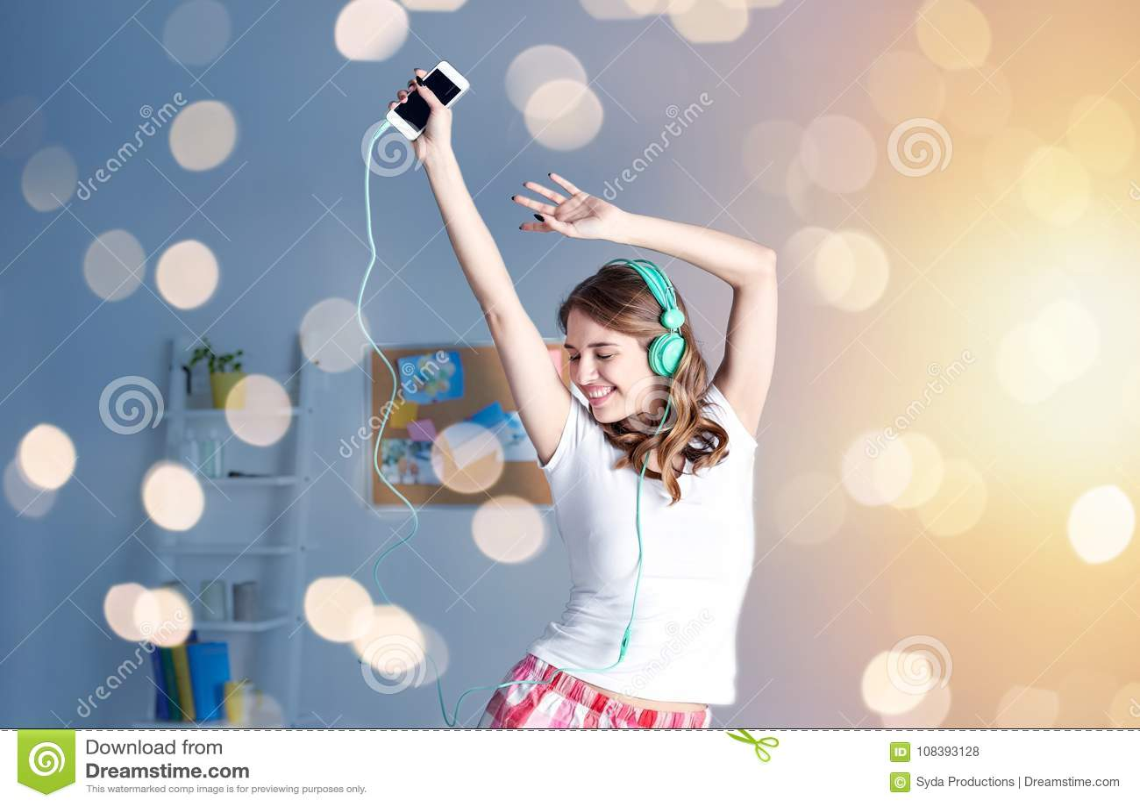 Счастливая женщина в наушниках ihaving потеха дома