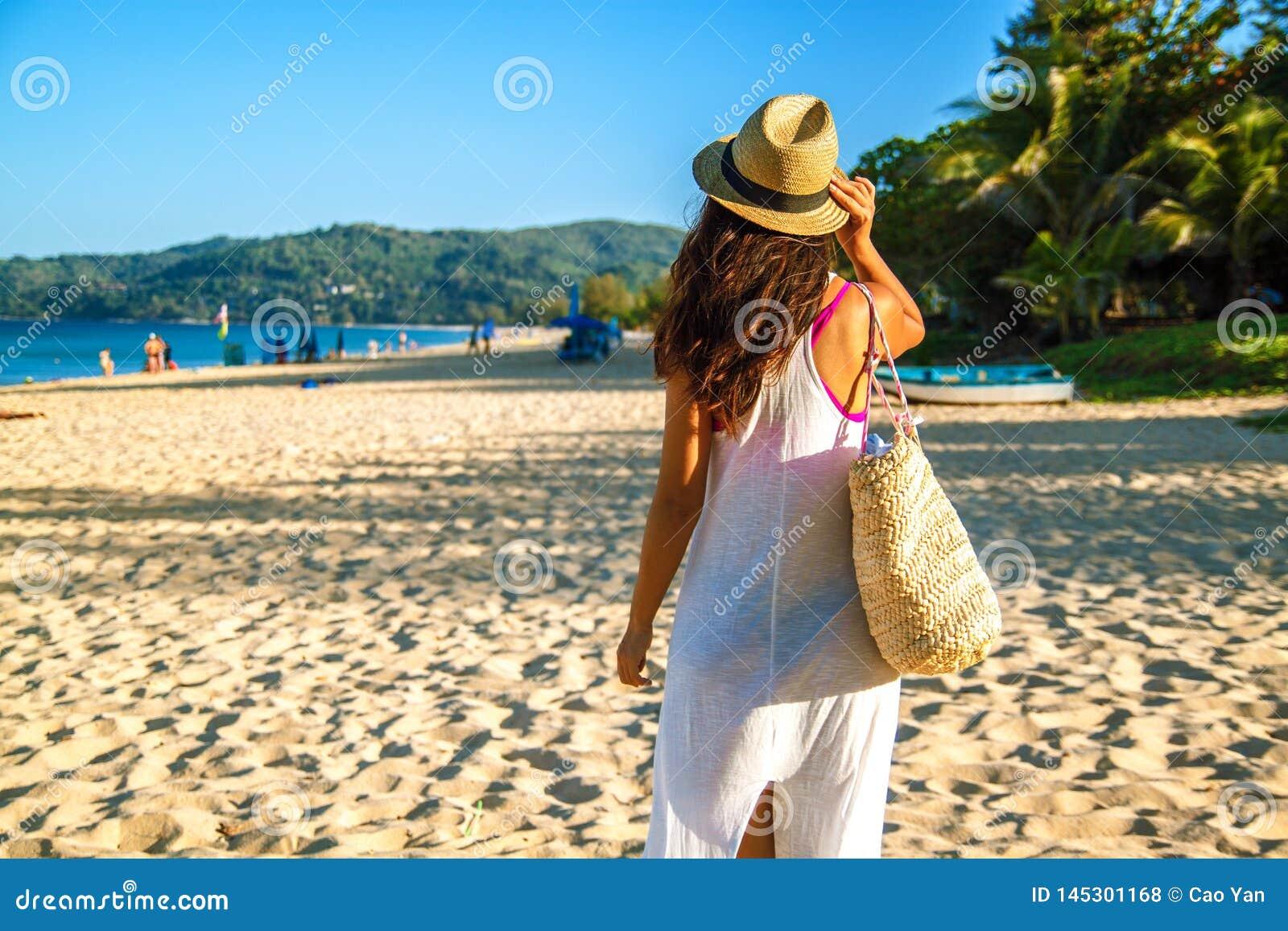 Счастливая женщина наслаждаясь ослаблять пляжа радостный летом тропическим открытым морем