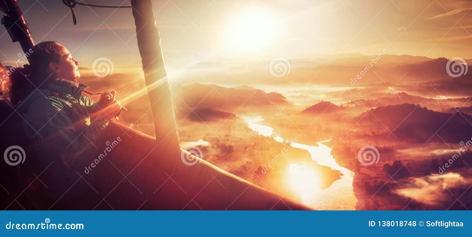 Счастливая женщина путешествуя горячим воздушным шаром