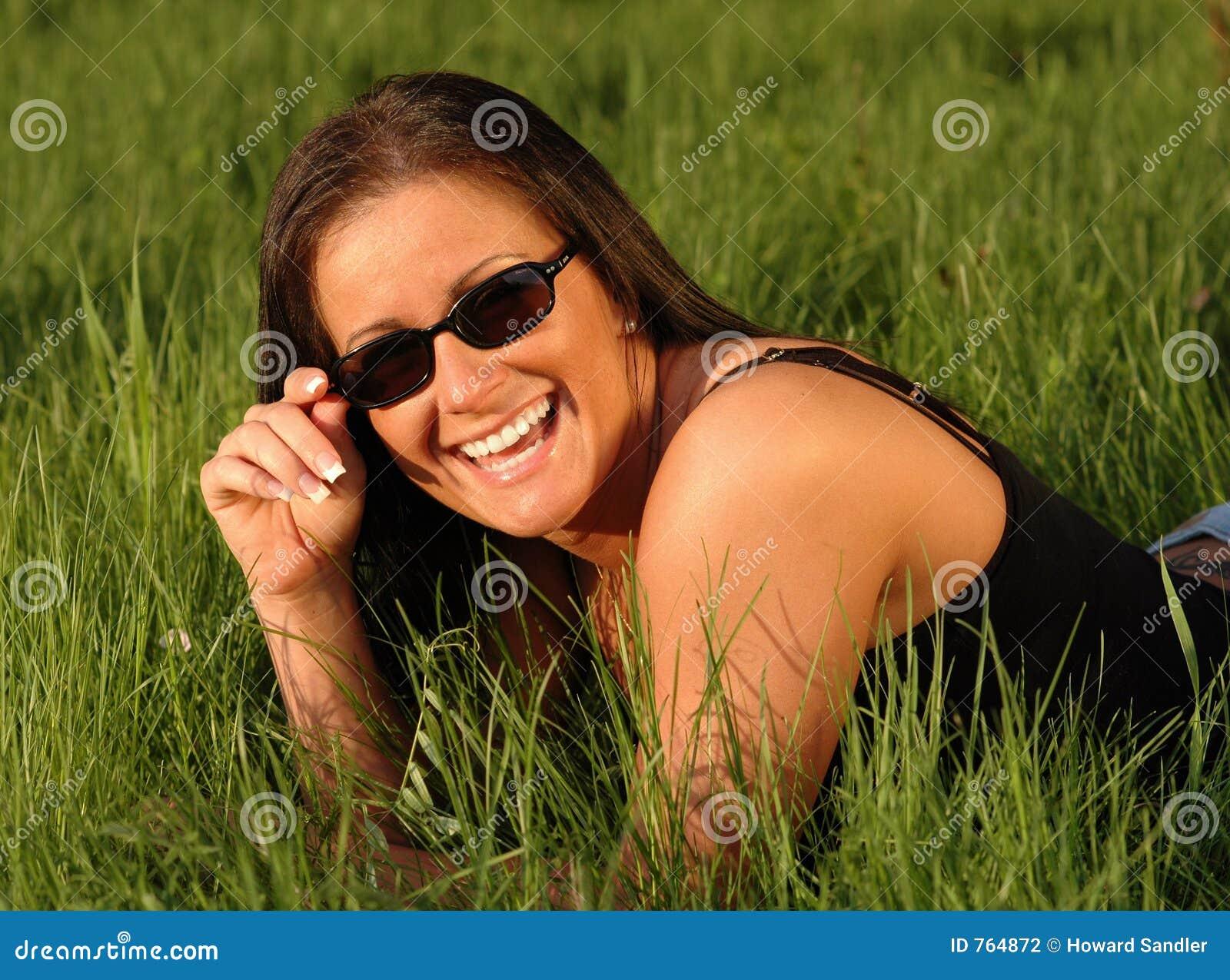 счастливая женщина солнечных очков