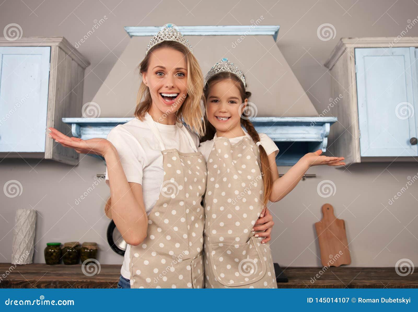 Счастливая любящая семья в кухне Девушка дочери матери и ребенка имее