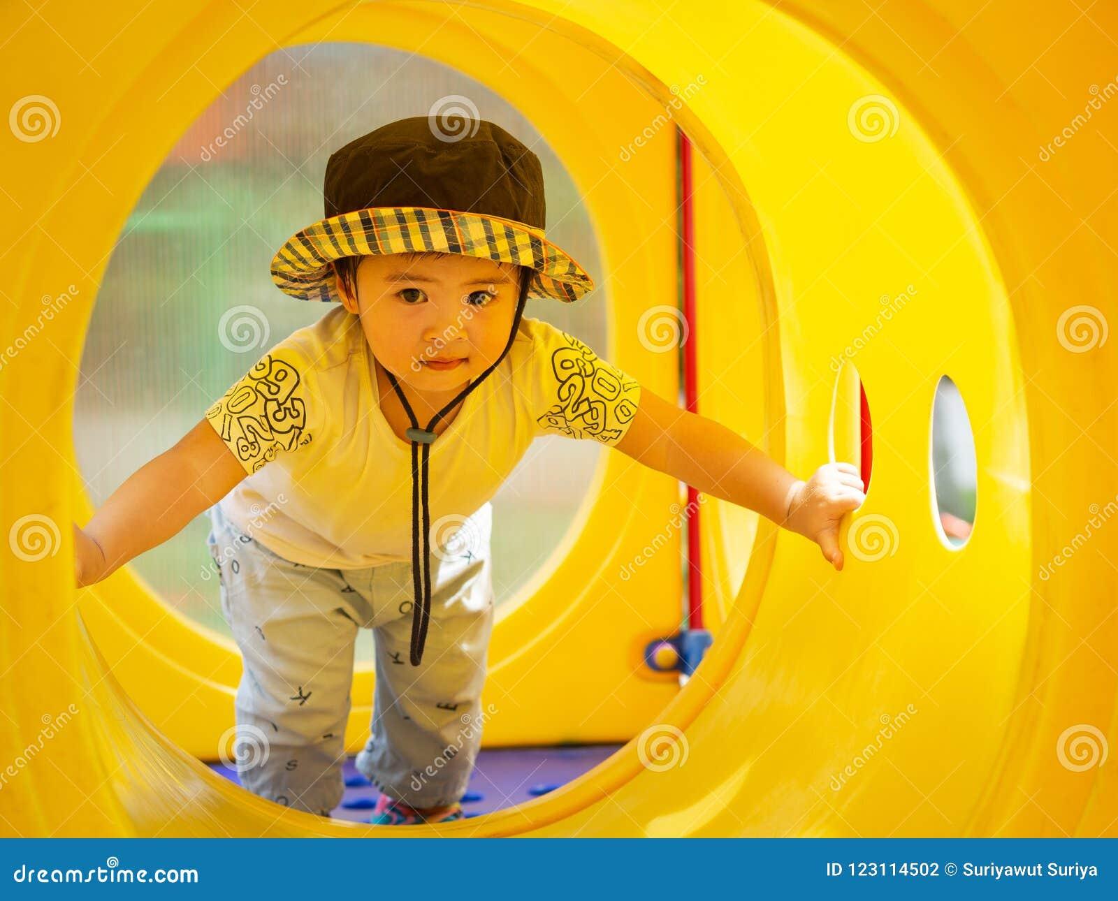 Счастливая маленькая девочка играя на спортивной площадке Дети, счастливые, Fa
