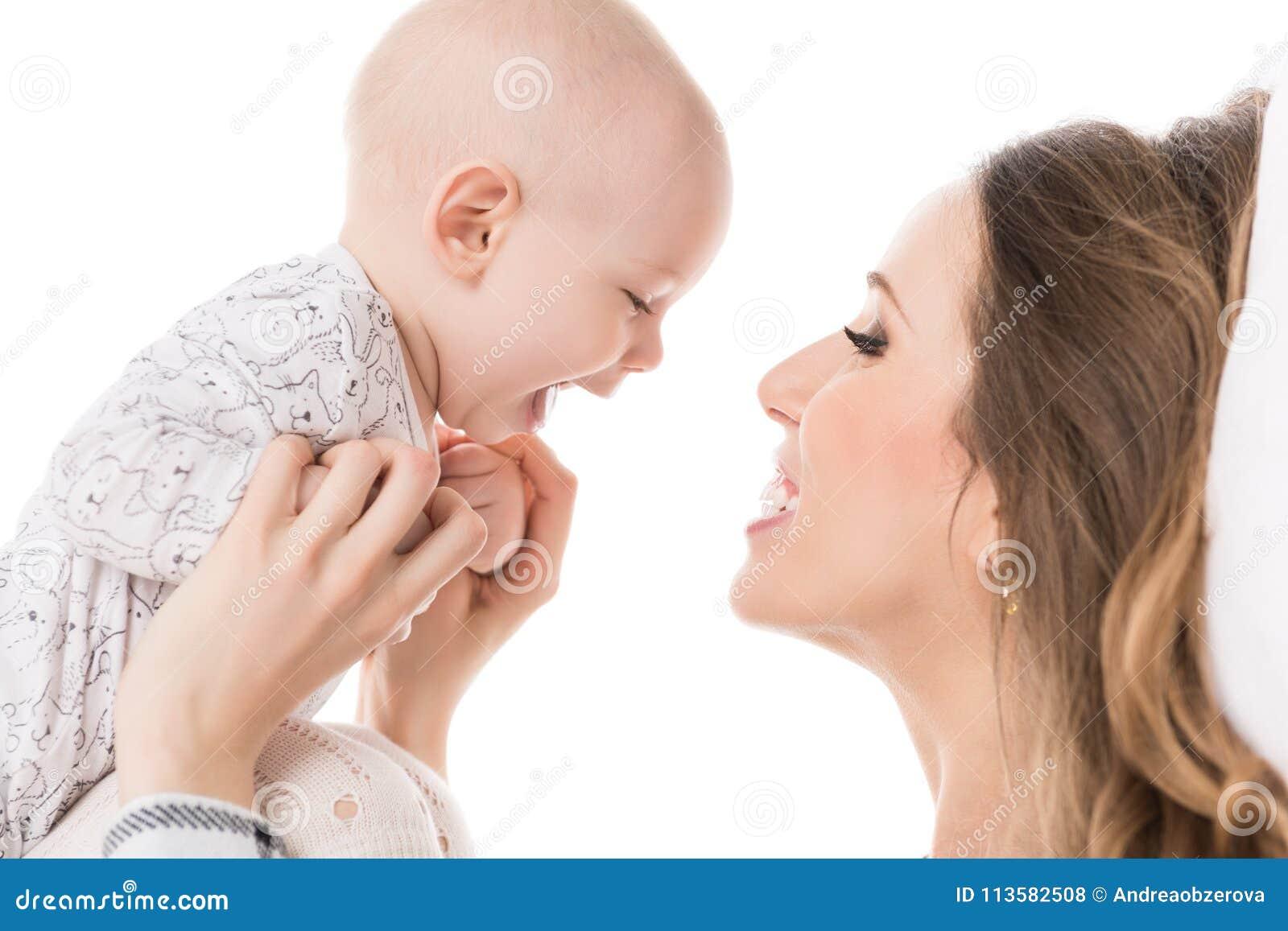 Счастливая мать обнимая ее прелестного сына младенца семья счастливая Портрет матери и новорожденного ребенка
