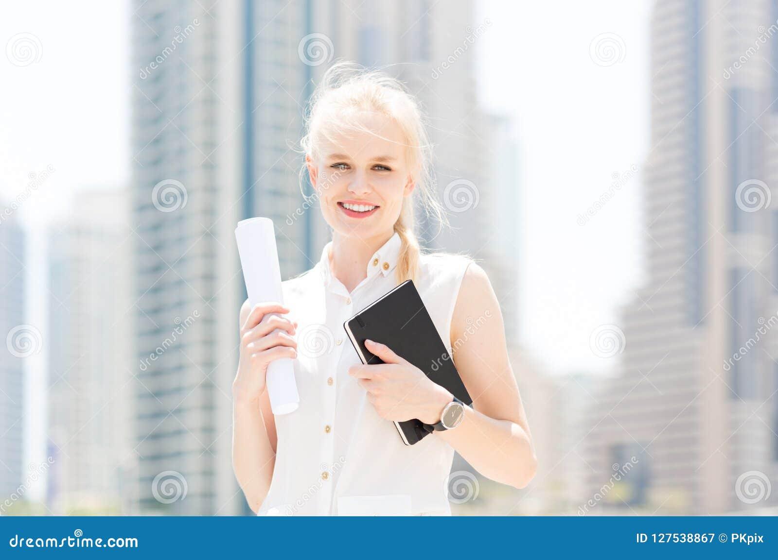 Счастливая молодая коммерсантка в городе