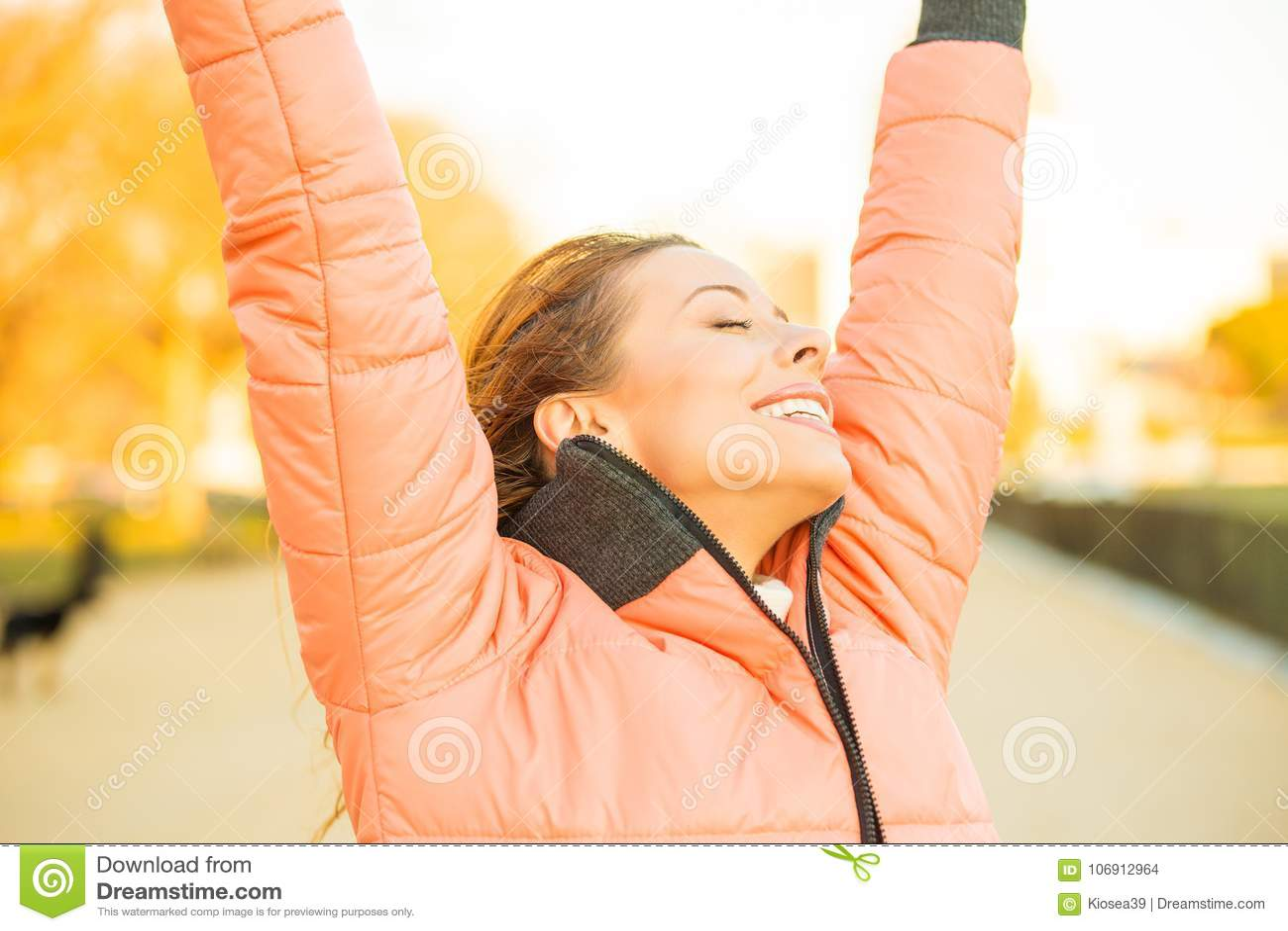 Счастливая молодая свободная женщина снаружи