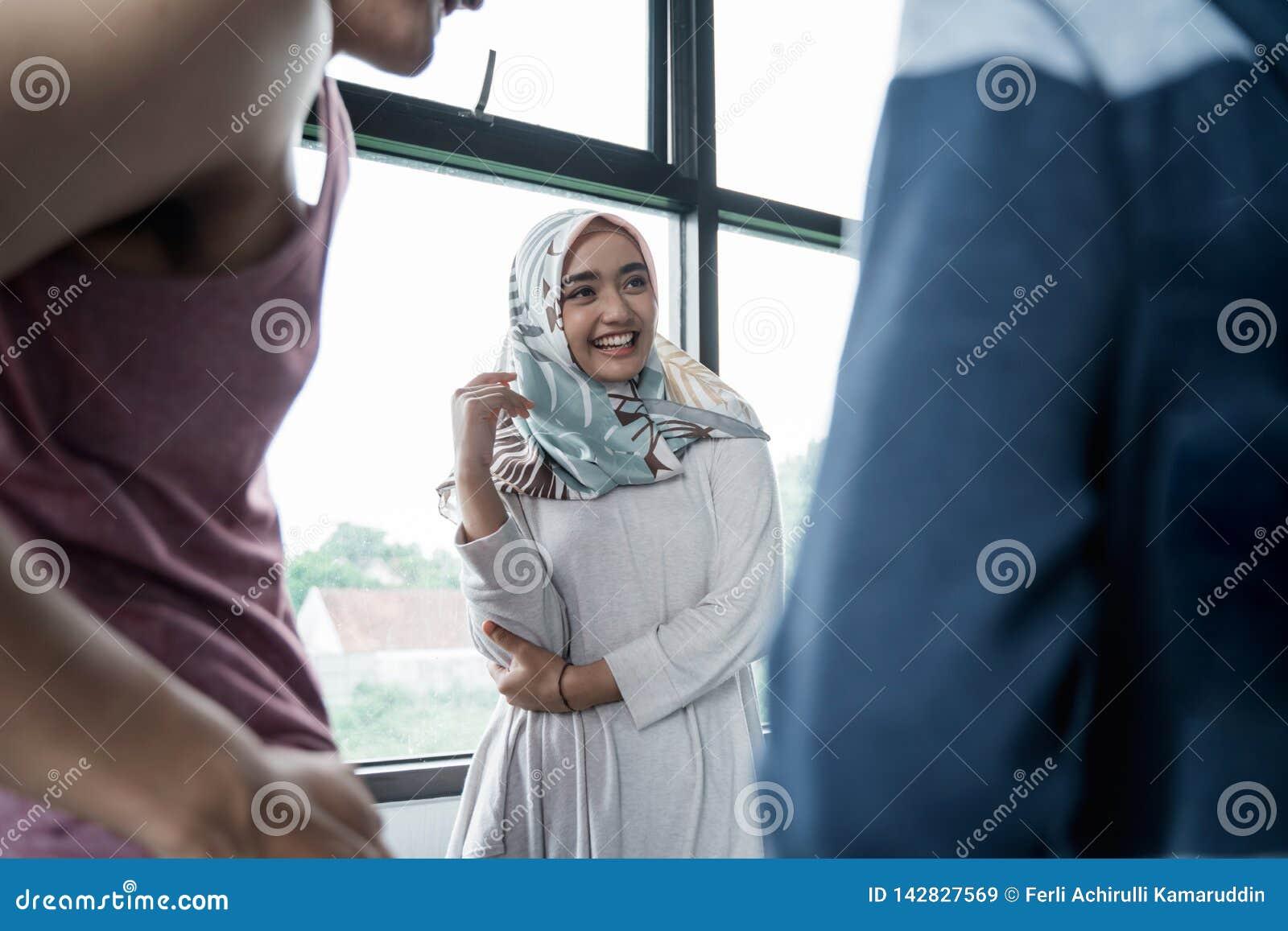 Счастливая мусульманская женщина в разговоре с другом
