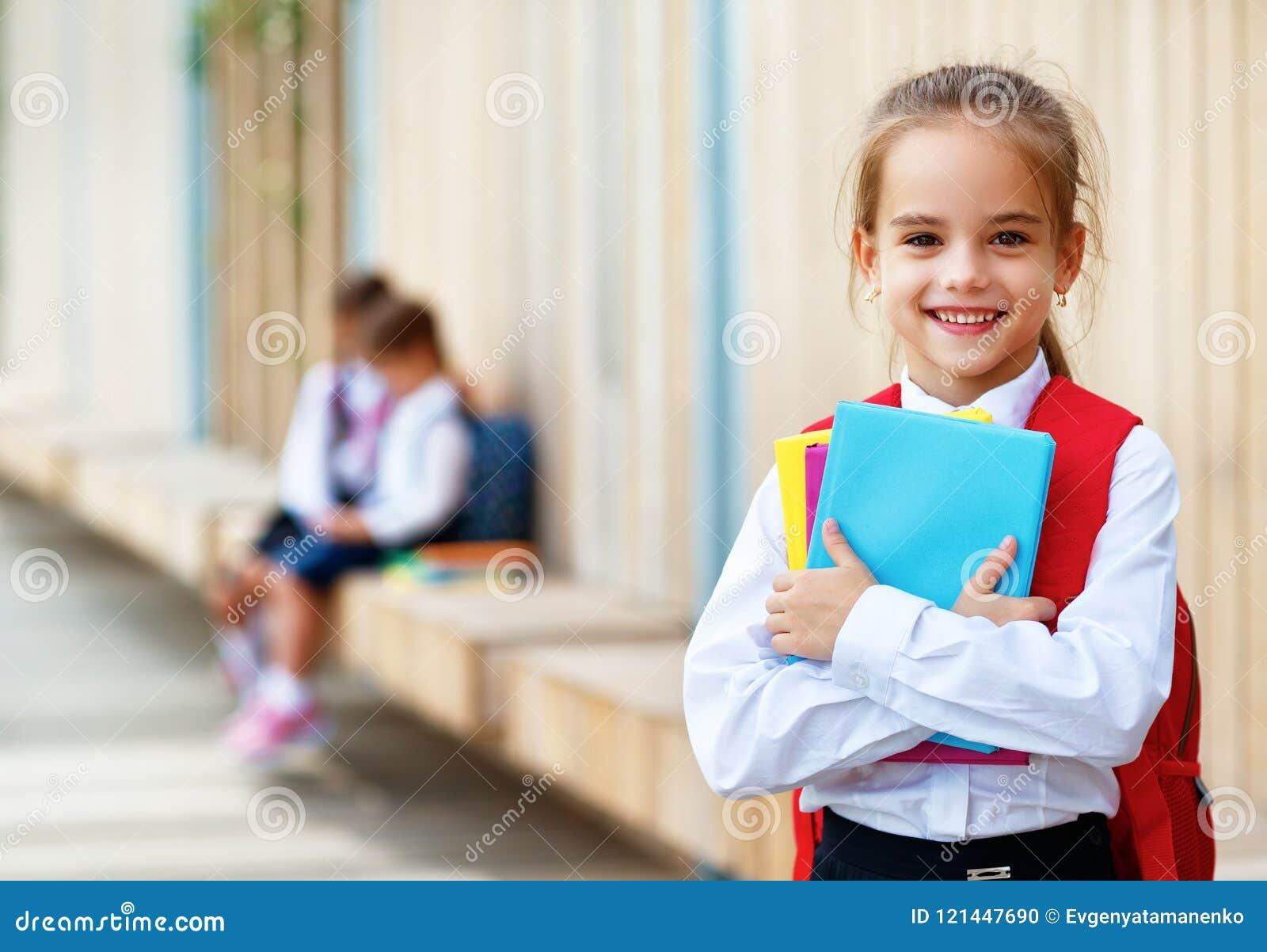 Счастливая начальная школа студента школьницы подруги детей