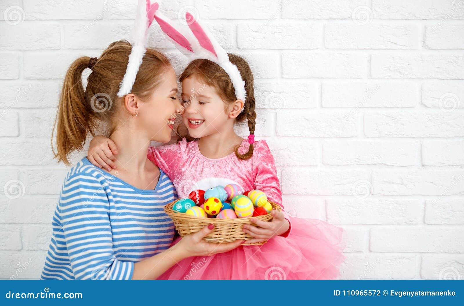 Счастливая пасха! мать семьи и дочь ребенка с ge зайцев ушей