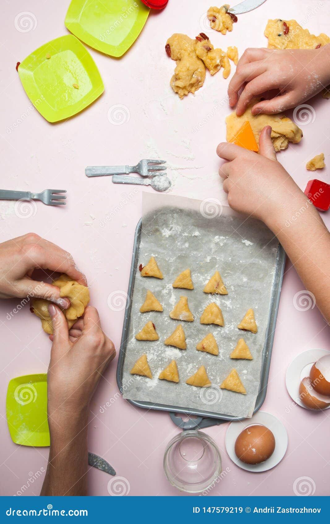 Счастливая семья в делать печенья дома Счастливые дети, варя здоровую еду, взгляд сверху