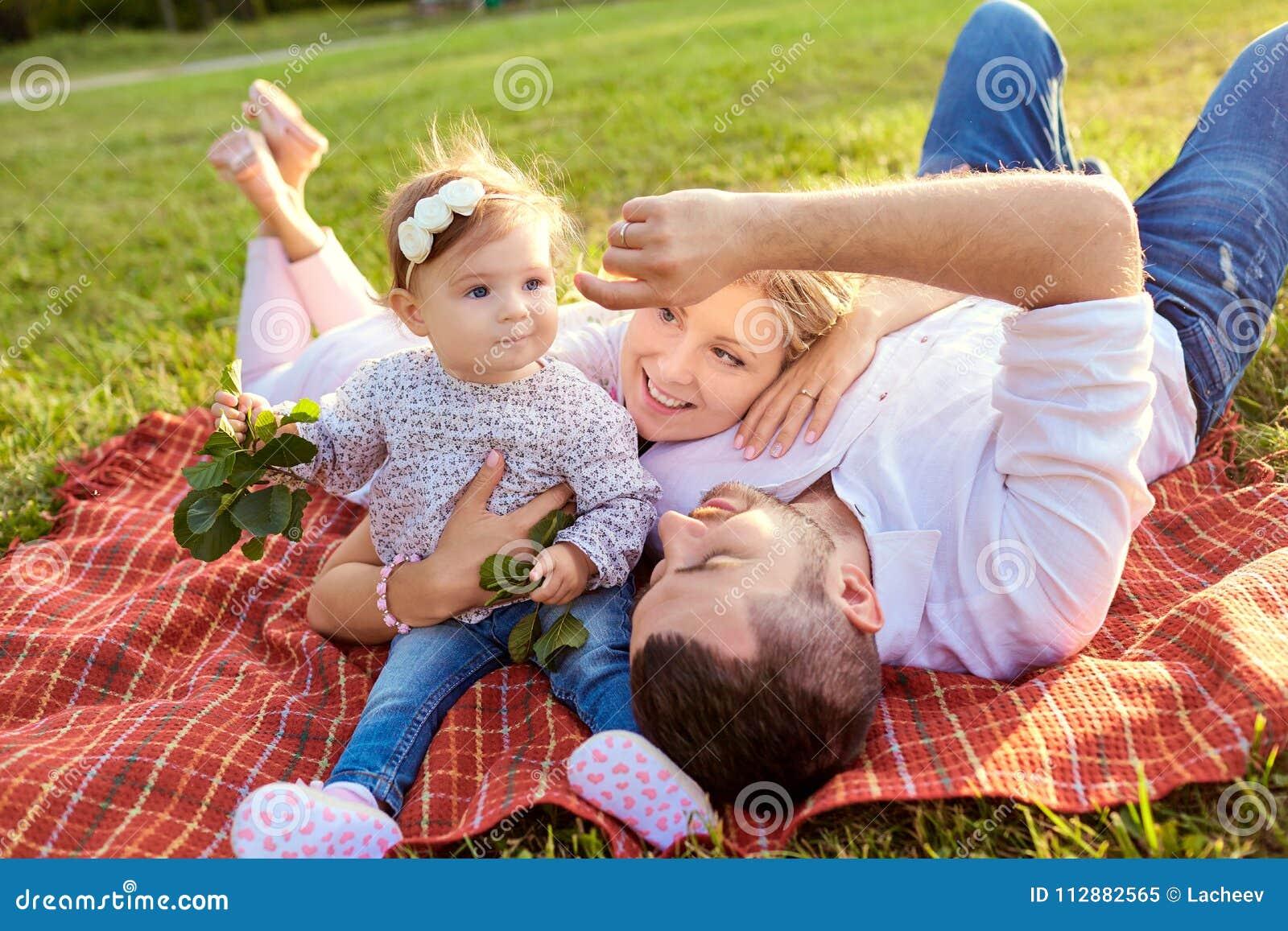 Счастливая семья в парке в осени лета