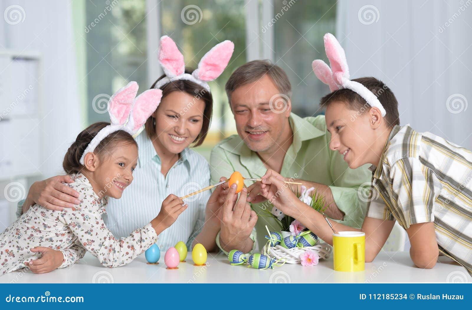 Девушка играет с его яйцами