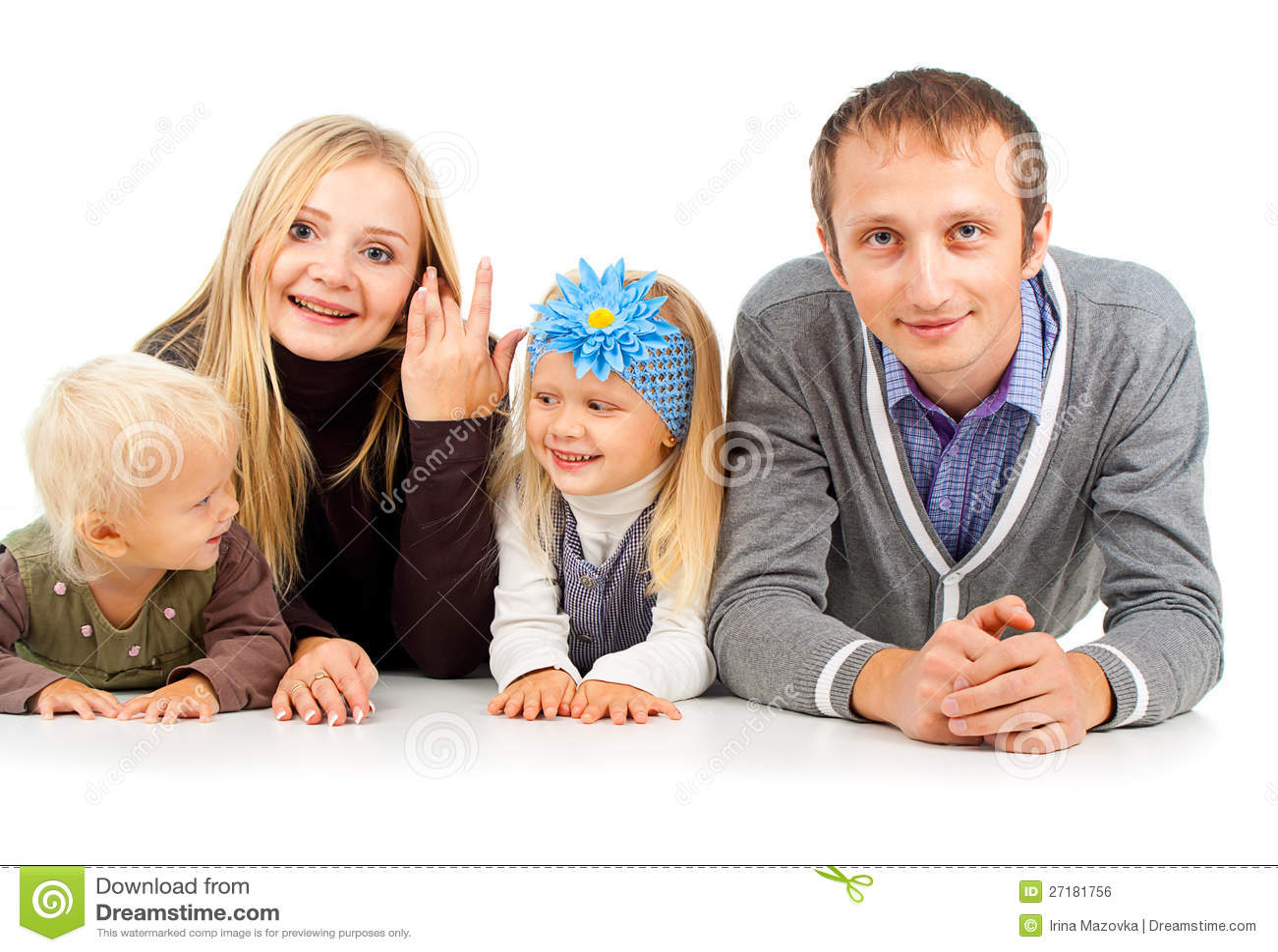 Счастливая семья с маленькими ребеятами