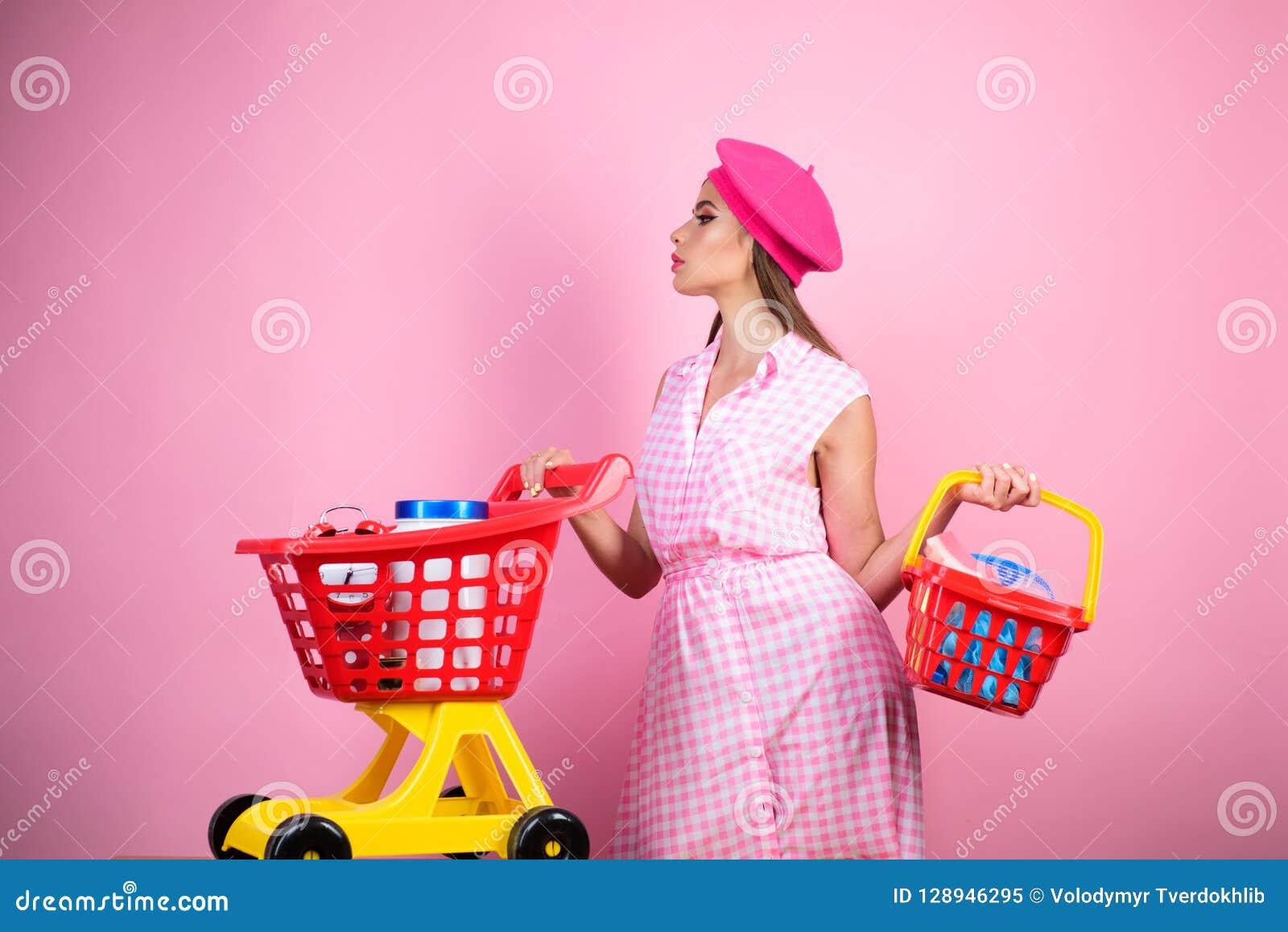Счастливая стильная девушка наслаждаясь онлайн покупками сбережения на приобретениях винтажная женщина домохозяйки готовая для то