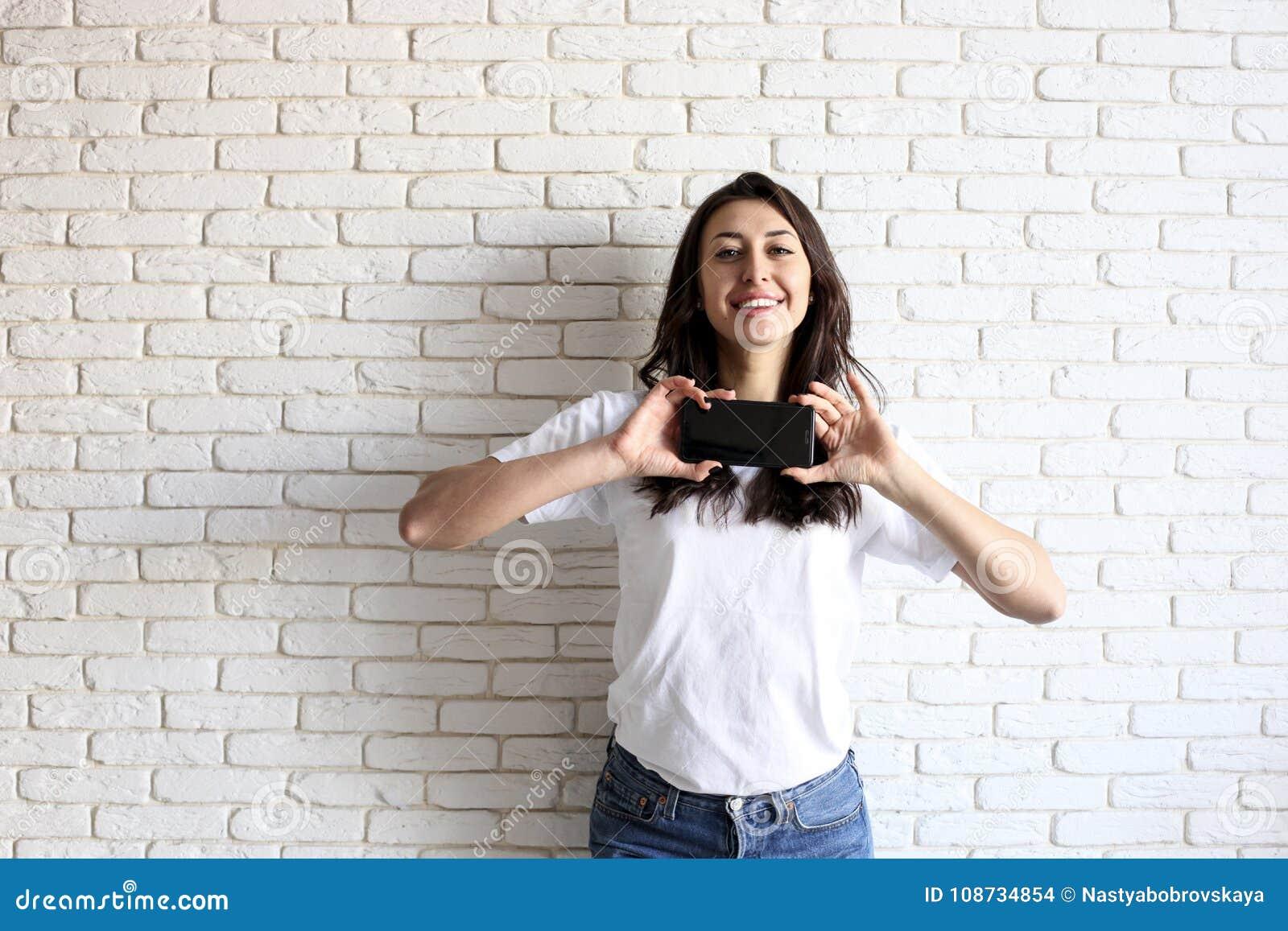 Счастливая тысячелетняя девушка имея потеху внутри помещения Портрет молодой женщины с зазором diastema между зубами красивейшая