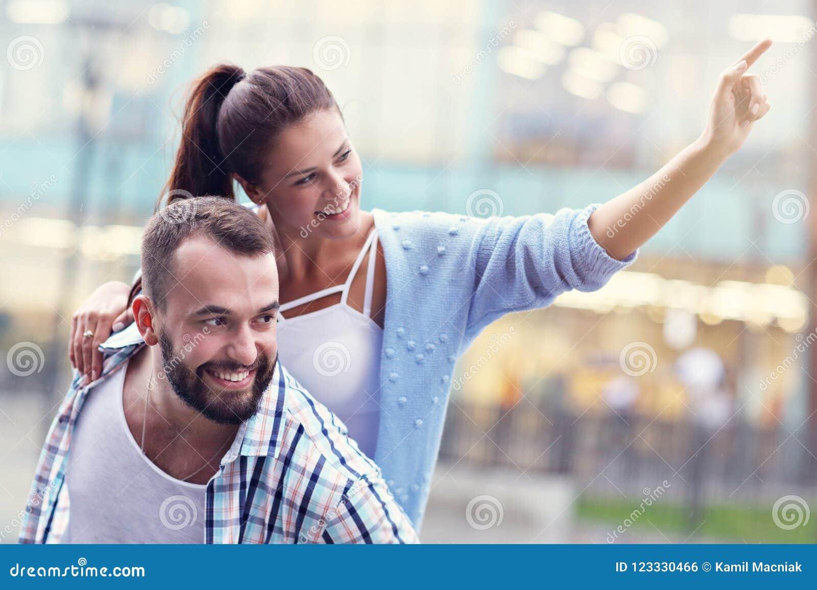 Счастливое датировка пар в городе
