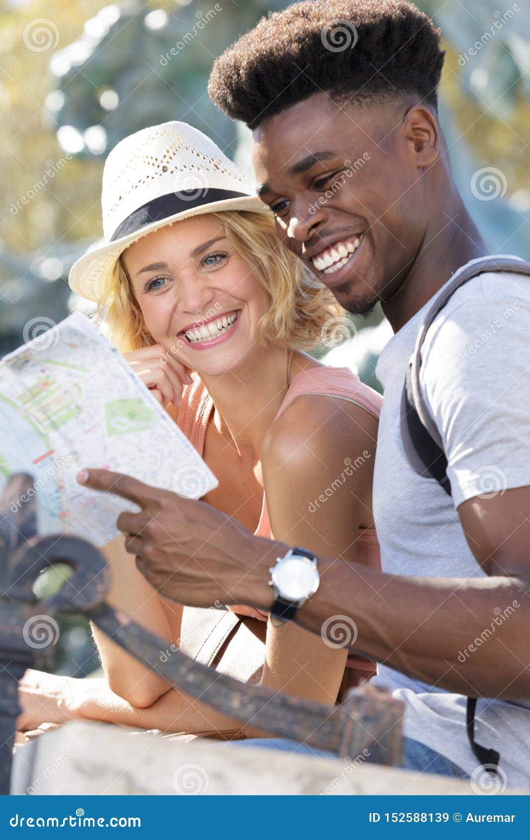 Счастливое молодое положение пар с планом