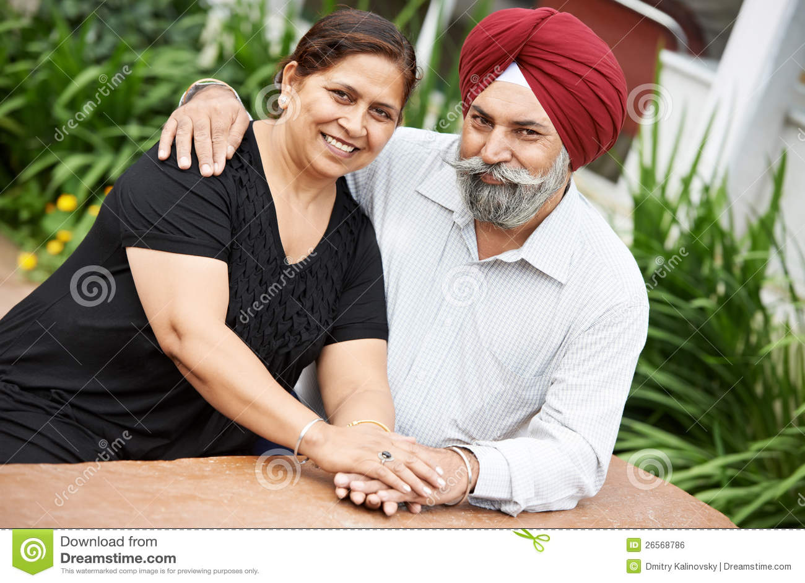 Счастливые индийские взрослые пары людей