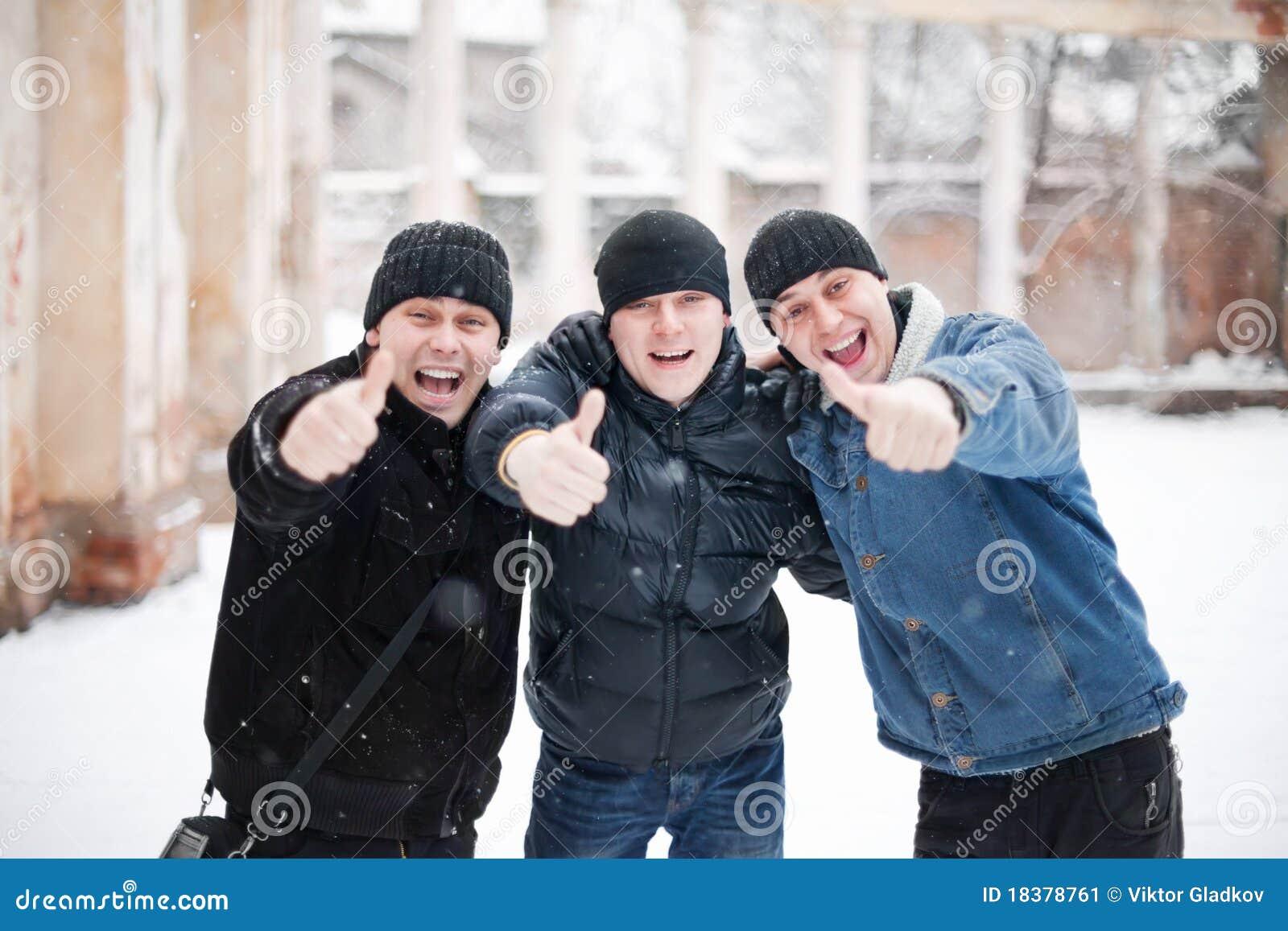 счастливые люди показывая большой пец руки 3 вверх по детенышам