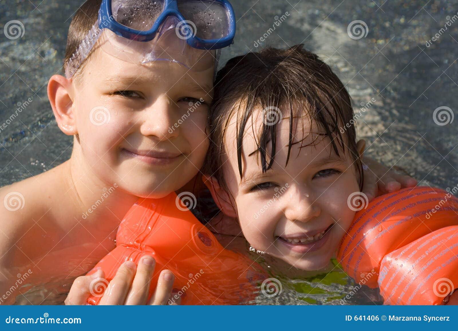 Download счастливые малыши стоковое фото. изображение насчитывающей счастливо - 641406