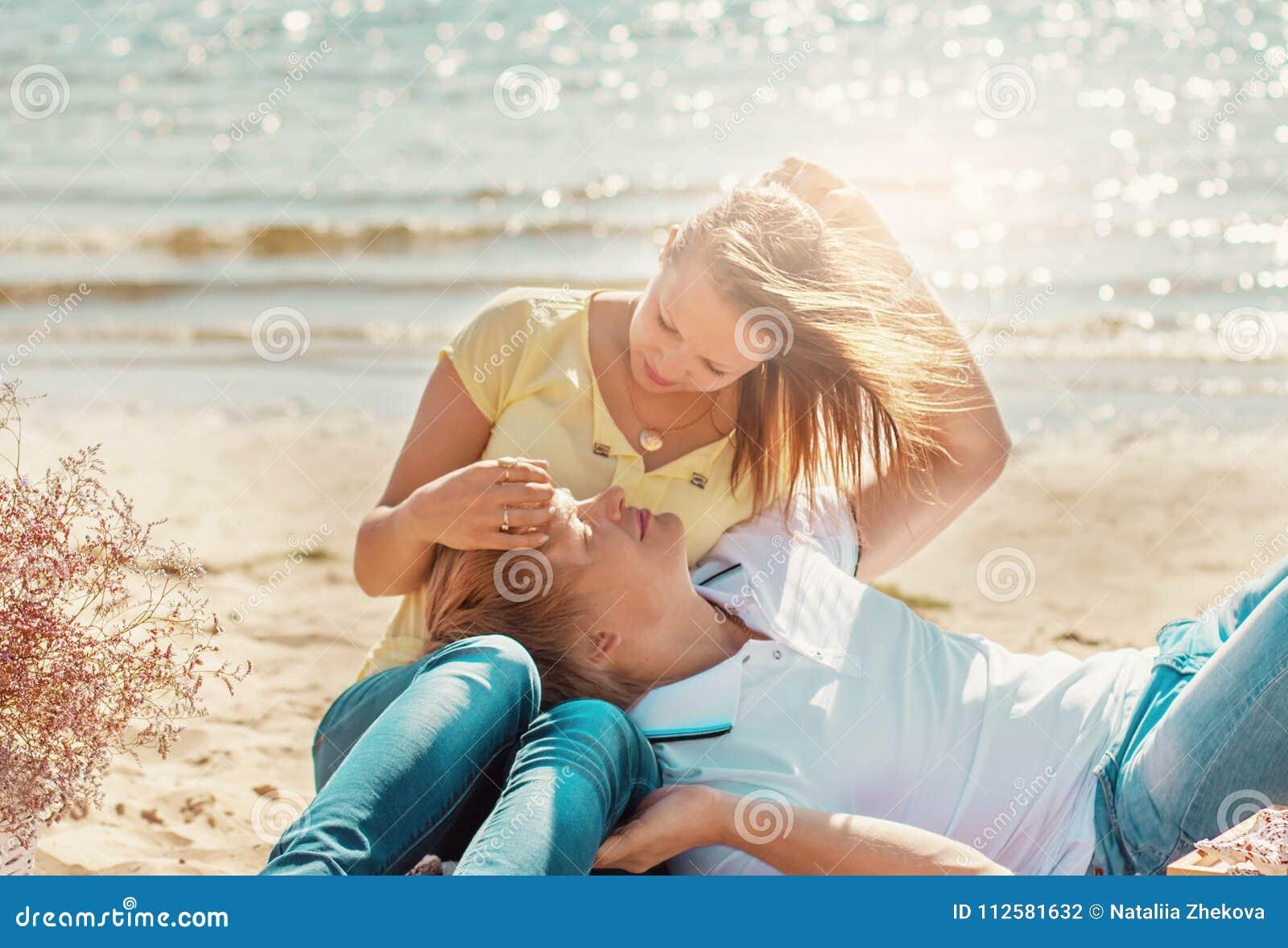 Счастливые молодые пары наслаждаясь пикником на пляже и имеют хорошее ti