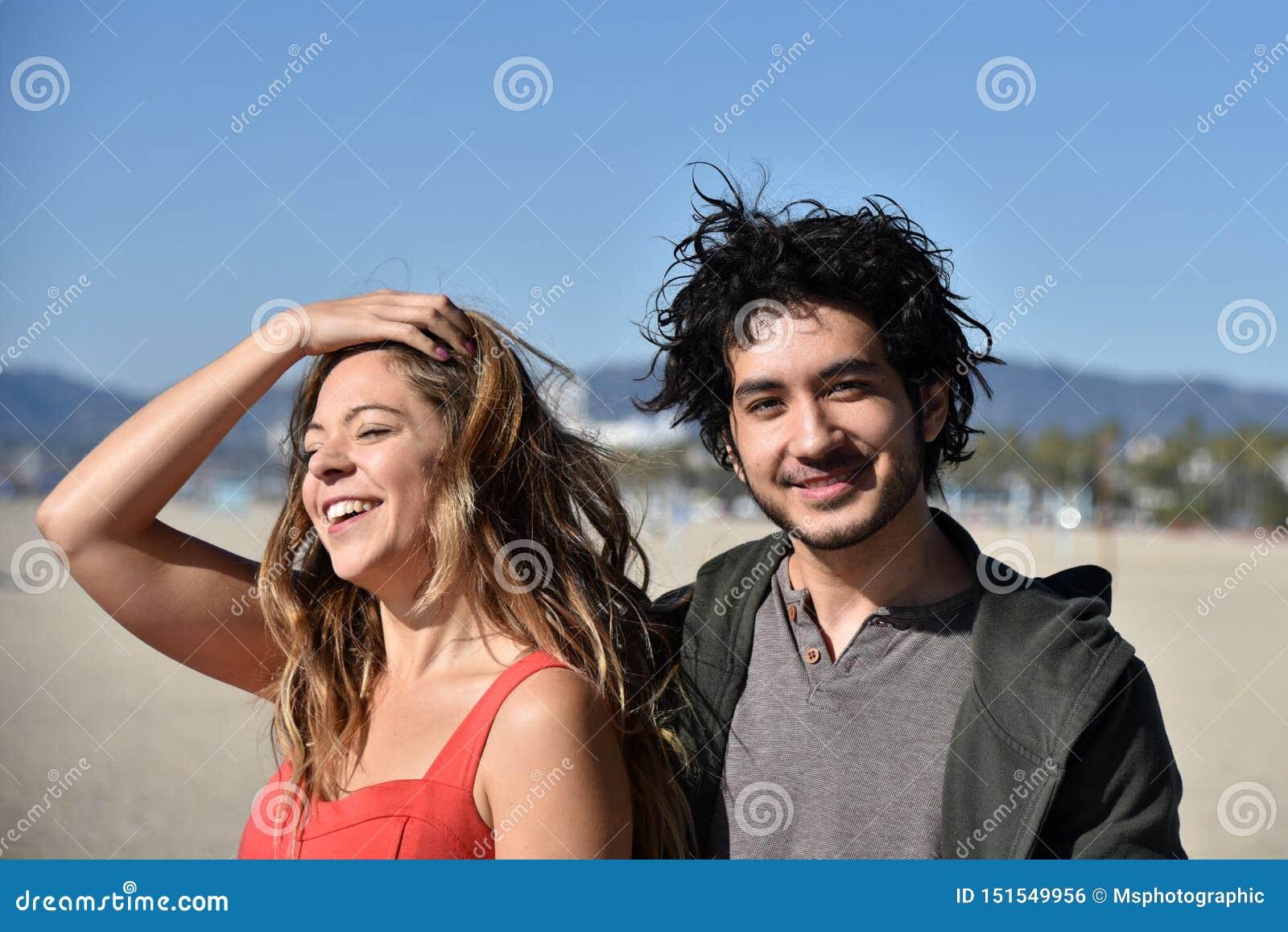 Счастливые молодые пары на пляже