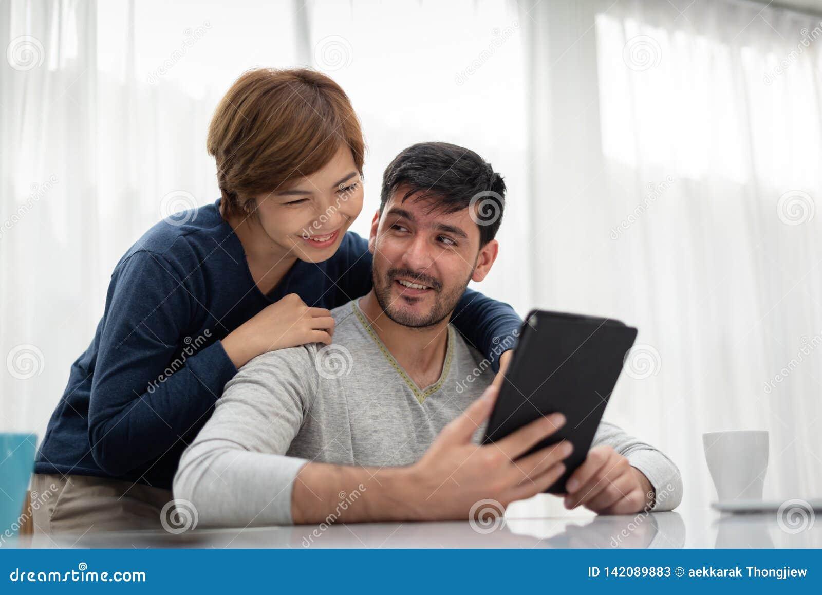 Счастливые молодые пары с таблеткой