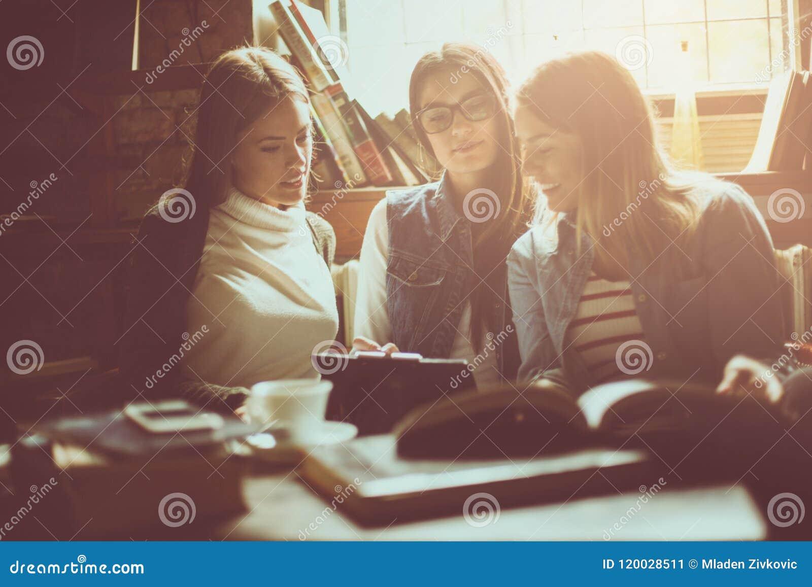 Работа студентам девушки зарплата веб моделью
